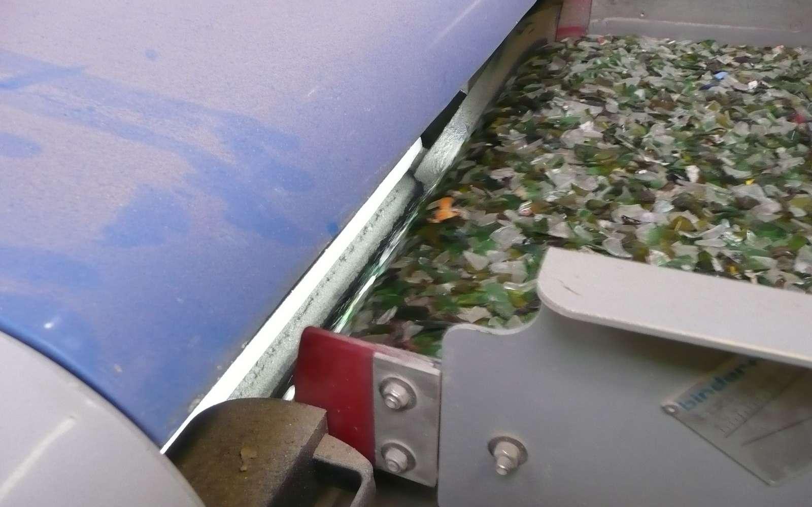 Séparateur à courant de Foucault utilisé pour purifier le verre des métaux non-ferreux dans le cadre du recyclage du verre : le verre tombe sous la plaque métallique grise tandis que les métaux non-ferreux « sautent » au-dessus. © G. Macqueron/Futura-Sciences