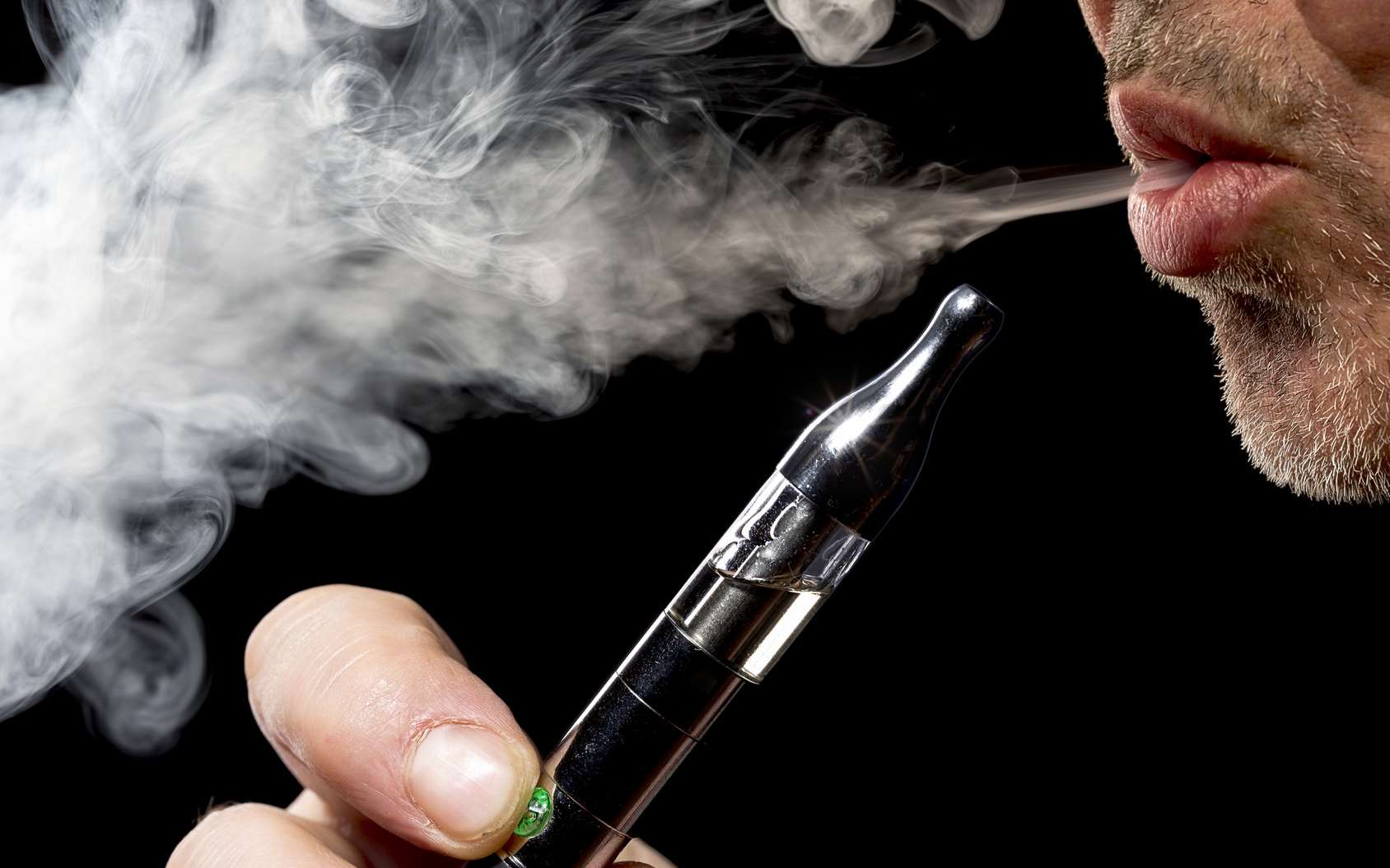 La cigarette électronique : un moyen tentant pour arrêter de fumer mais dont l'efficacité reste à démontrer. © Eryk Rogozinski/Fotolia
