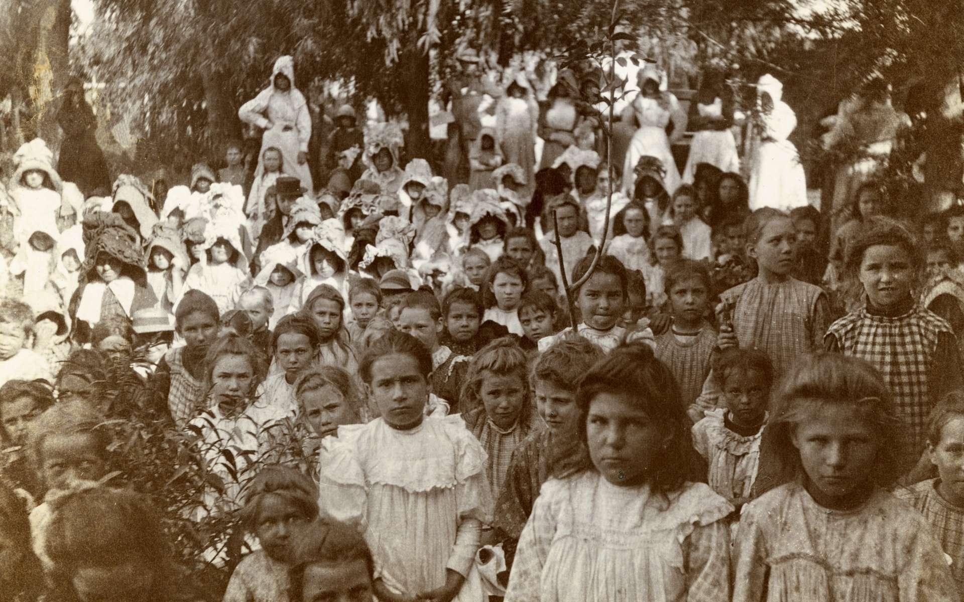 Des femmes et enfants boers internés dans le camp de concentration de Nylstroom, en 1901. © LSE library, Flickr, Wikimedia Commons
