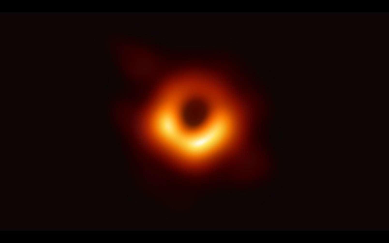 Les astrophysiciens ont obtenu la première image d'un trou noir en utilisant les observations du télescope Event Horizon du centre de la galaxie M87. L'image montre un anneau lumineux formé par la lumière qui se courbe de manière intense autour d'un trou noir 6,5 milliards de fois plus massif que le Soleil. L'angle de vue n'est pas le même mais la ressemblance avec le dessin réalisé par Jean-Pierre Luminet en 1979 est frappante. © Event Horizon Telescope Collaboration