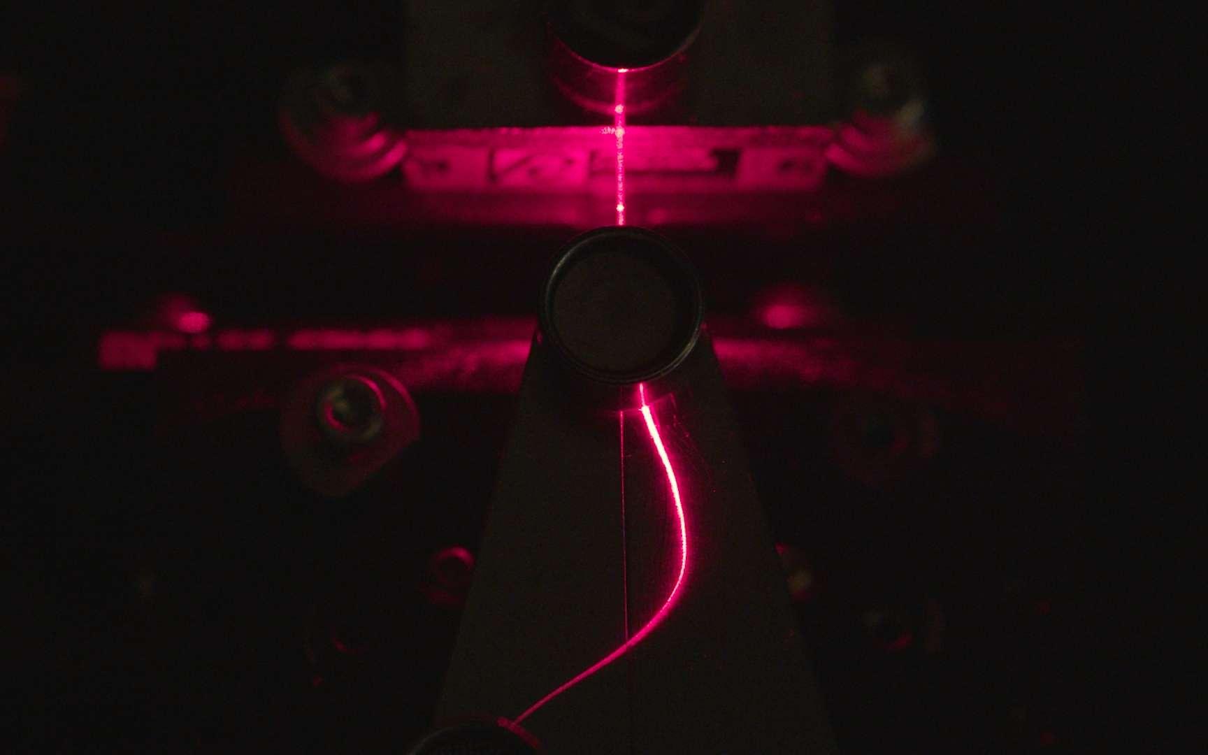 Les chercheurs du VTT ont développé une fibre optique à partir de la cellulose du bois. © VTT