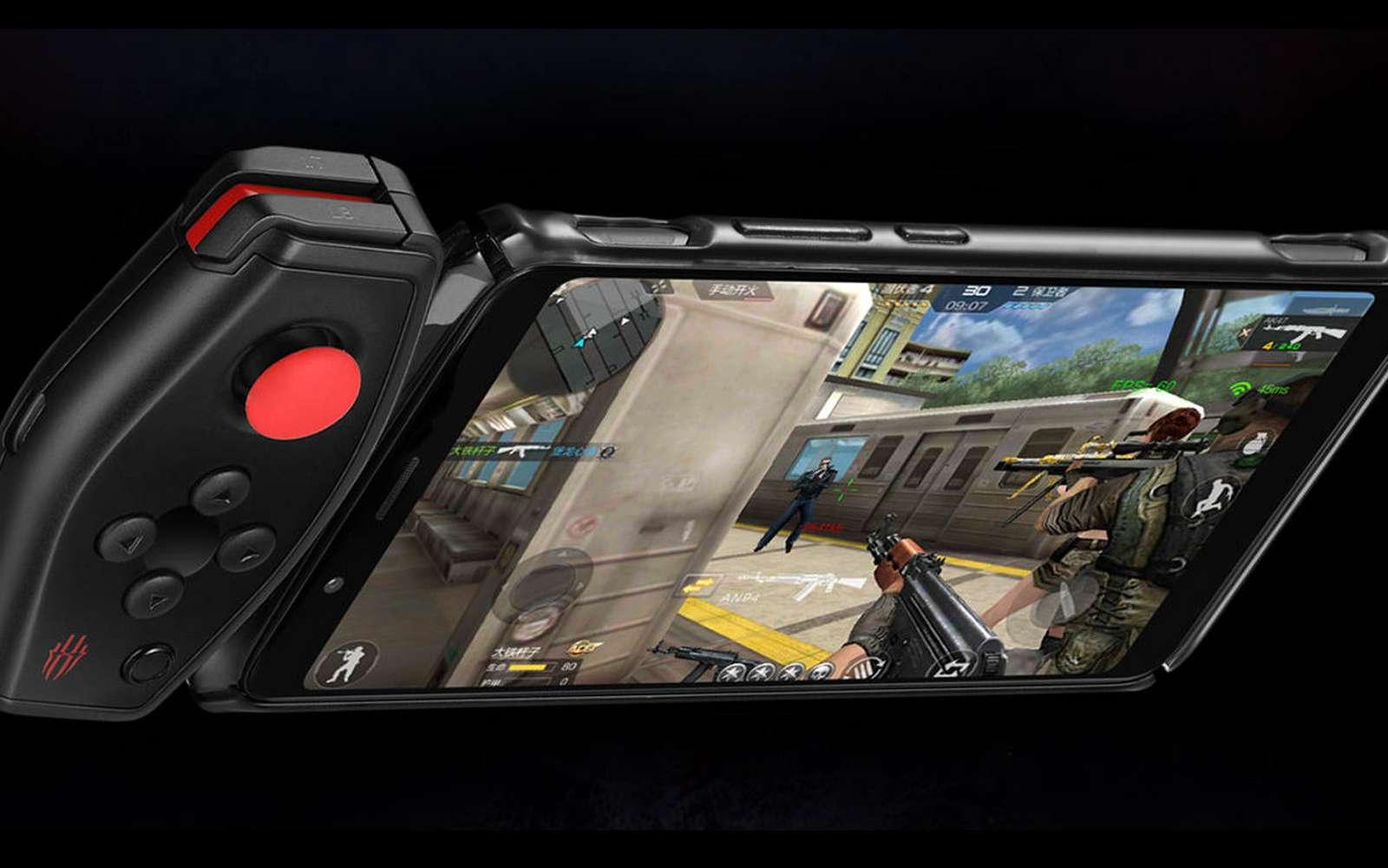 Pour jouer, deux solutions : les gâchettes tactiles sur le dessus de l'appareil ou un accessoire qui se connecte sur le smartphone © ZTE