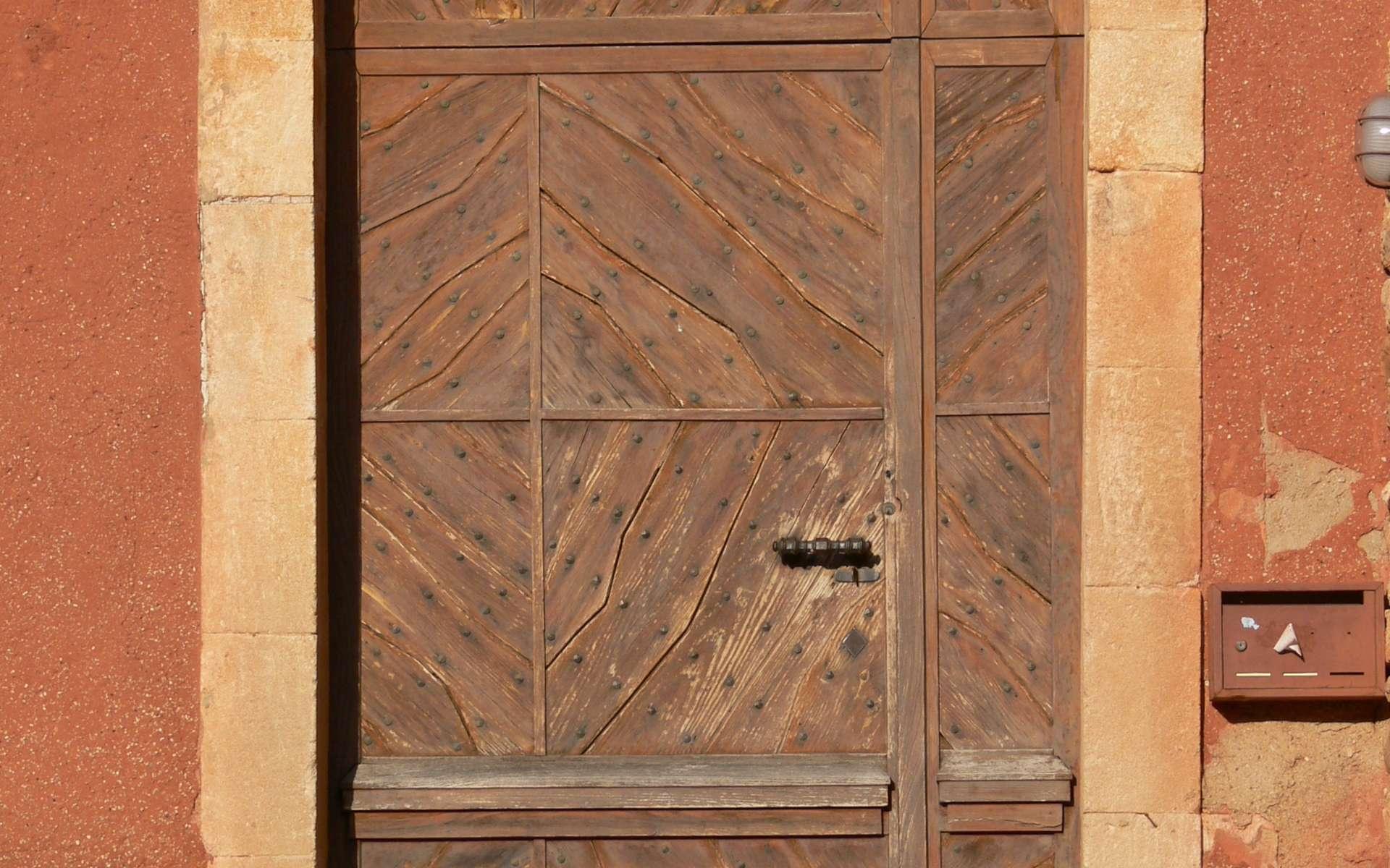 Une porte bâtarde est une porte de taille intermédiaire. Ici une porte bâtarde à double vantaux inégaux. © Goletto, CC BY SA 2.5, Wikipedia Commons