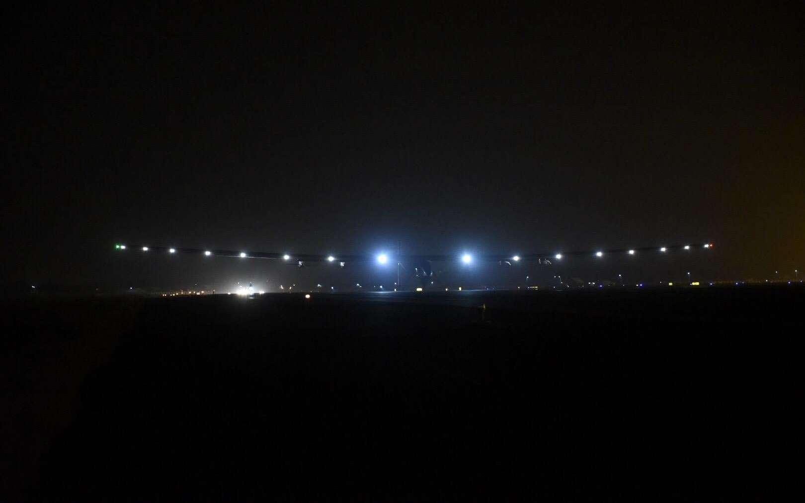 À 23 h 25 (17 h 55 TU), le mardi 10 mars 2015, Bertrand Piccard a atterri avec l'avion SI2 à Ahmedabad. Il avait décollé de Mascate le matin. Le vol a duré un peu moins de 16 heures. © Solar Impulse
