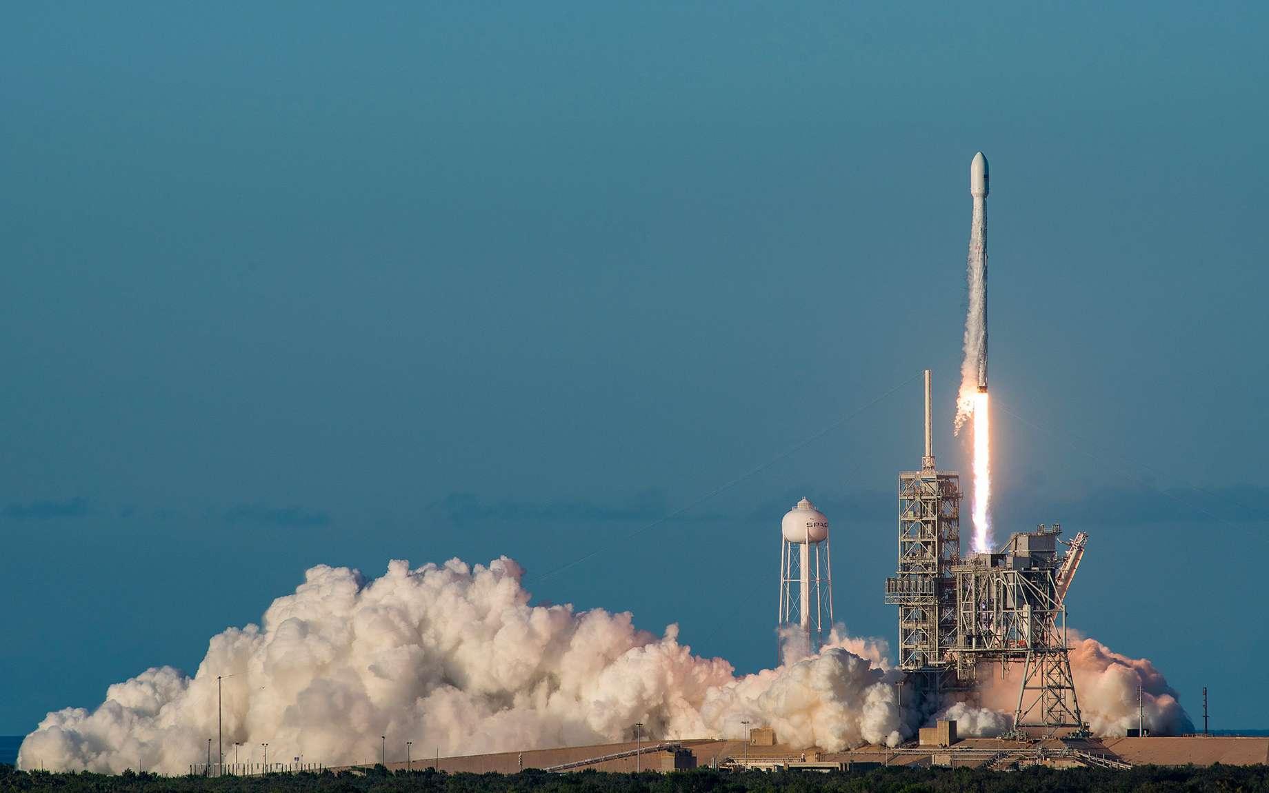 En septembre 2008, SpaceX lance avec succès le Falcon I, première fusée à ergols liquides privée. Moins de 10 ans plus tard, la société d'Elon Musk s'est installée durablement sur le marché international du lancement de satellite. © SpaceX