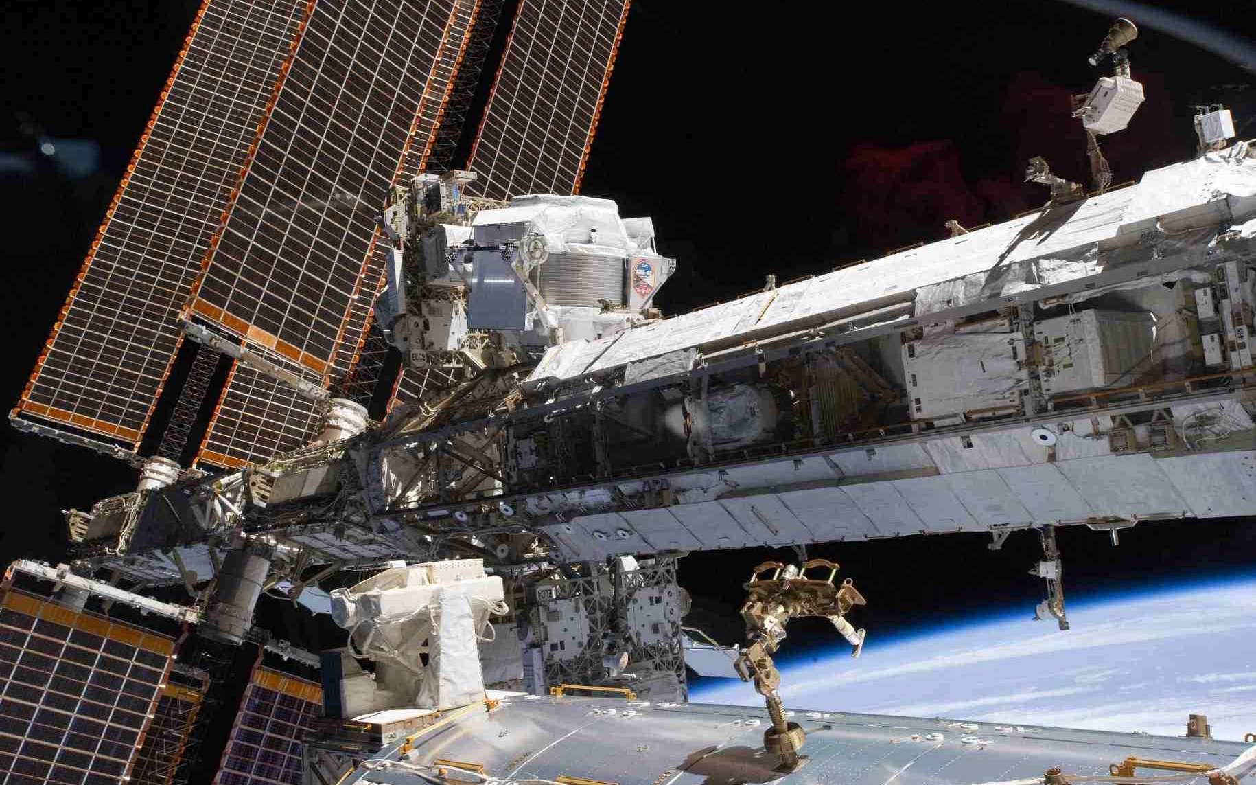 Une vue d'AMS-02 (devant les panneaux solaires, en haut) juste après son installation sur l'ISS. Il chasse la matière noire depuis 18 mois, et devrait encore le faire pendant plusieurs années. © Nasa
