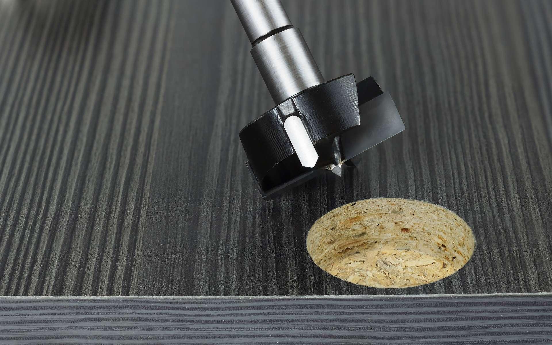 Charnières, taquets, vis... percer le bois mélaminé peut endommager le parement adhésif et créer des éclats disgracieux. Pour éviter ce désagrément, il est conseillé de protéger la surface du bois. © Alexiuz, Adobe Stock