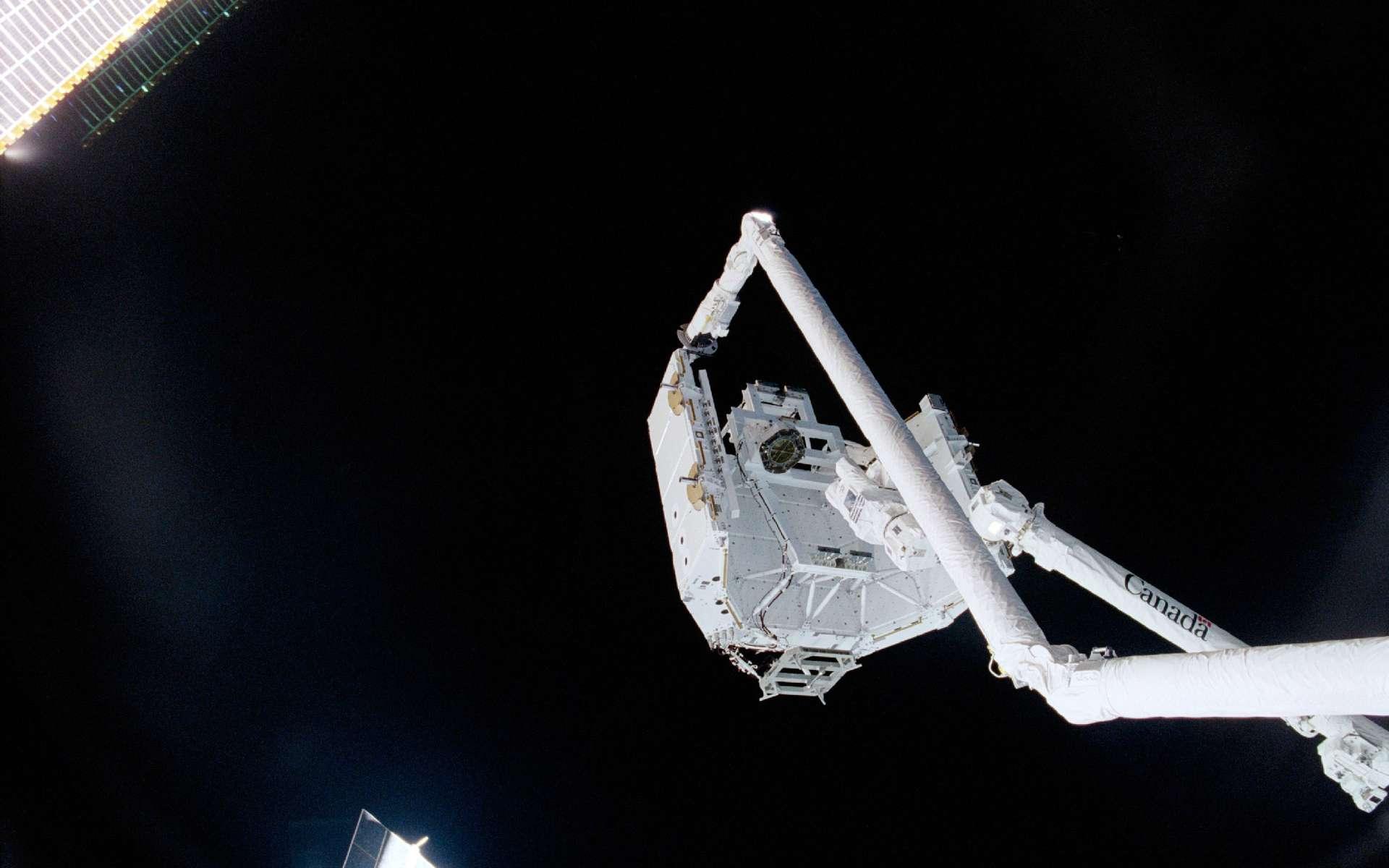 La célèbre ''Poignée de main'' canadienne dans l'espace a eu lieu le 28 avril 2001, alors que le Canadarm2 transférait son berceau au bras canadien de la navette Endeavour. Crédit Nasa
