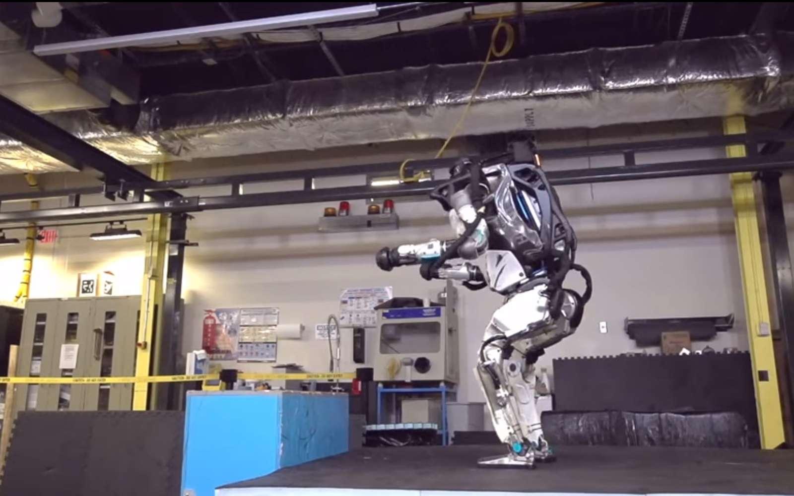 Le robot bipède Altas en plein salto arrière. © Boston Dynamics