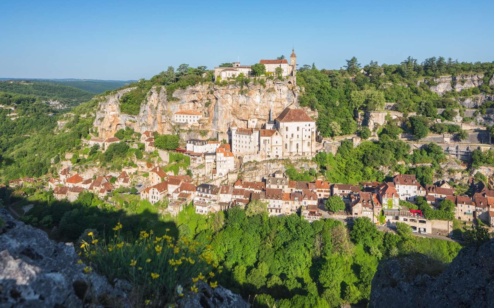 Parmi les nombreuses grottes et cavernes du village de Rocamadour, seule la grotte des Merveilles se visite. Concrétions, gourds, peintures rupestres, voici le spectacle qui attend les visiteurs. © Beboy, Fotolia