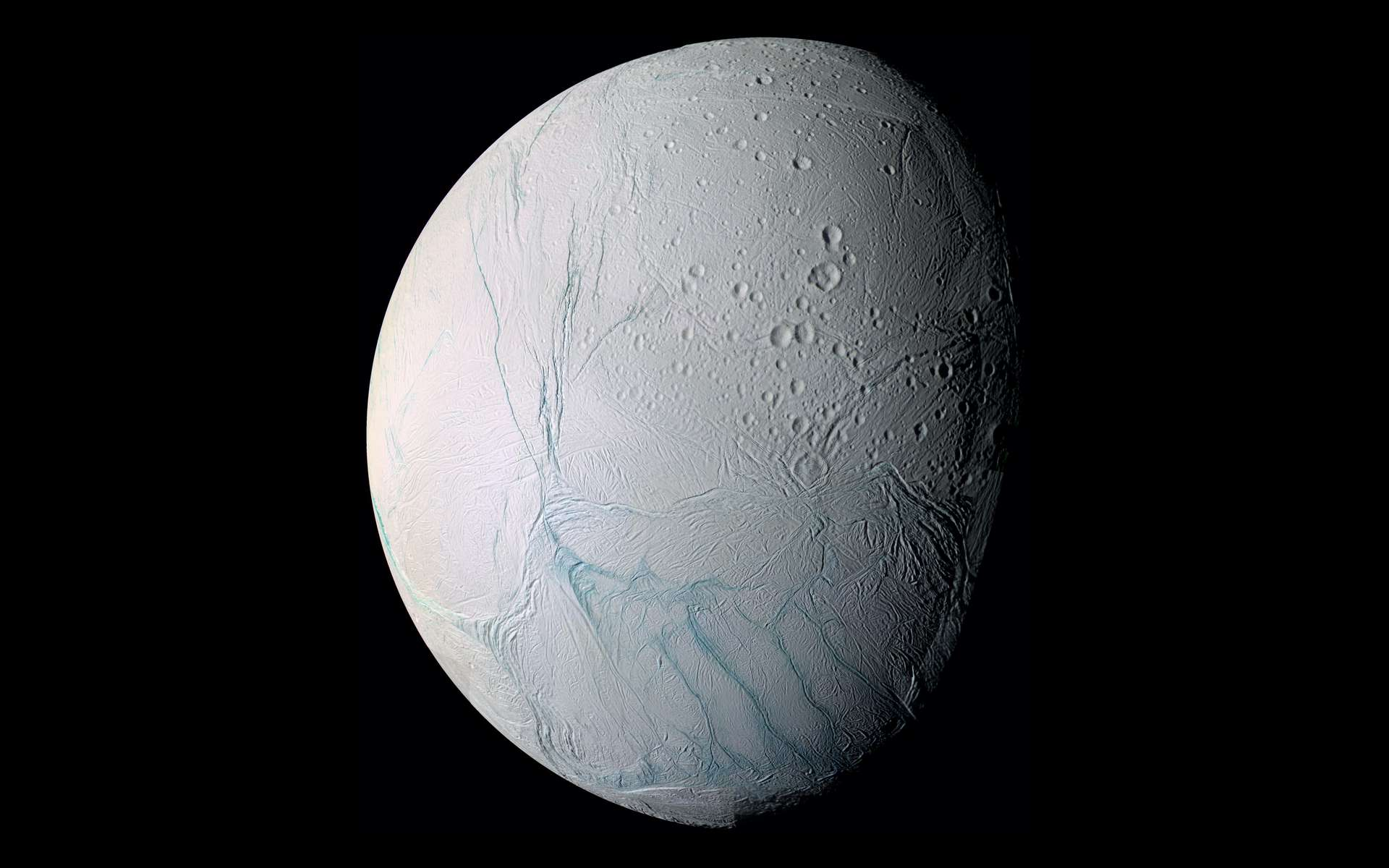 Les rayures de tigre qui apparaissent au pôle sud d'Encelade, le satellite glacé de Saturne, seraient le résultat de contraintes gravitationnelles. © Nasa, JPL