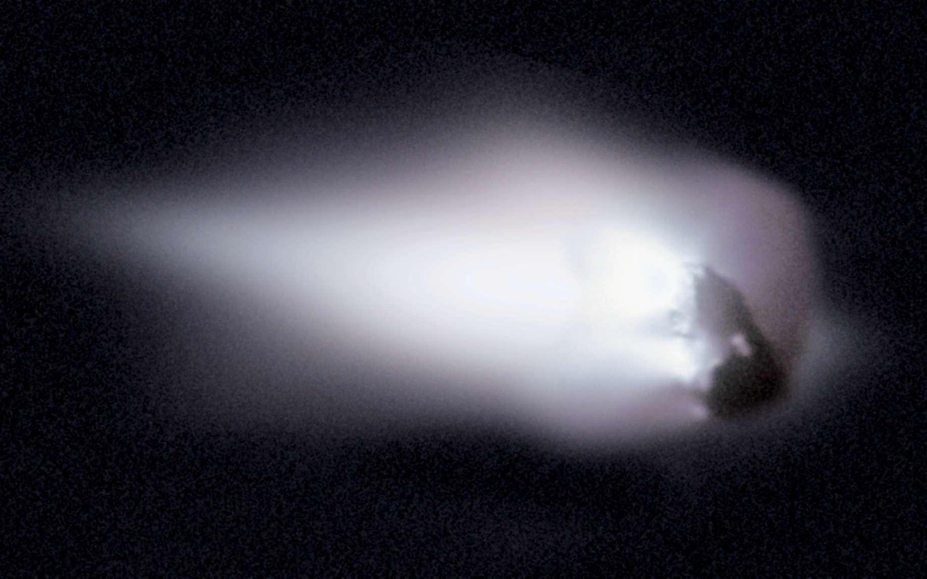 La sonde spatiale Giotto a approché la célèbre comète de Halley lors de son dernier passage près de la Terre en 1986. Composé de glace et de roches, son noyau mesure environ 15 kilomètres de long. Les poussières que la comète laisse dans son sillage produisent chaque année les essaims météoritiques des êta-Aquarides (avril-mai) et des Orionides (en octobre). © Halley Multicolor Camera Team, Giotto Project, Esa