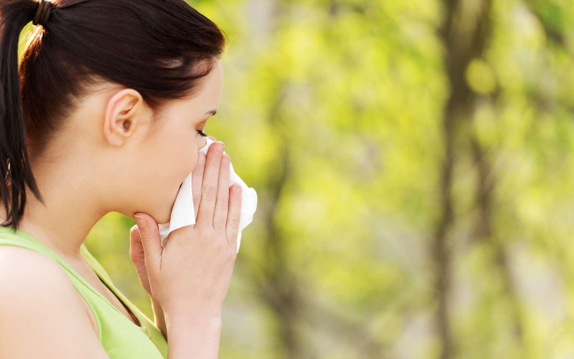 L'allergie aux pollens, ou « rhume des foins », provoque des symptômes tels que : éternuements, larmoiement, nez qui coule… © Piotr Marcinski, Shutterstock