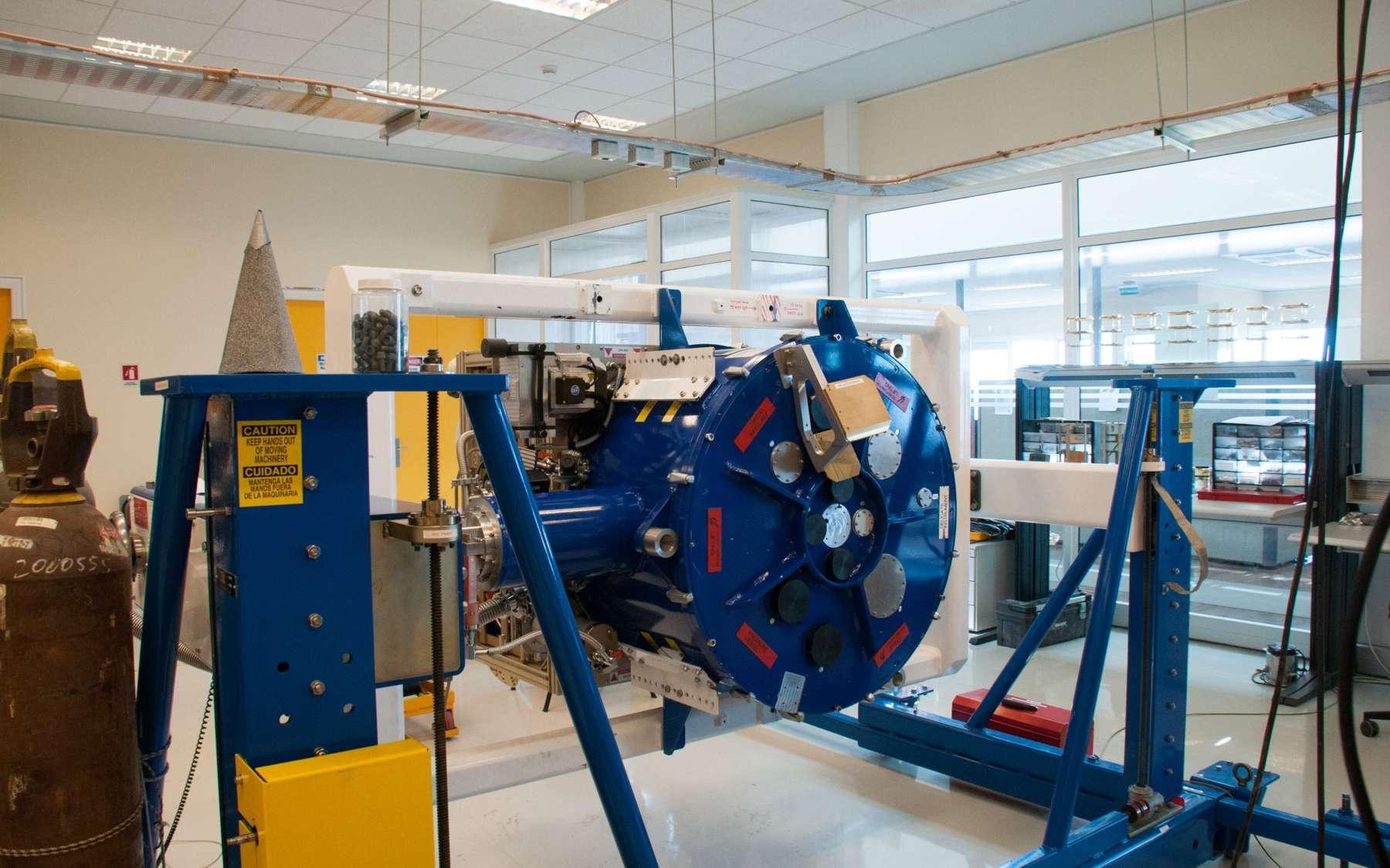 Le cryostat avant son installation sur l'instrument. Des trappes occultent les fenêtres sur lesquelles seront fixés les récepteurs. © Rémy Decourt