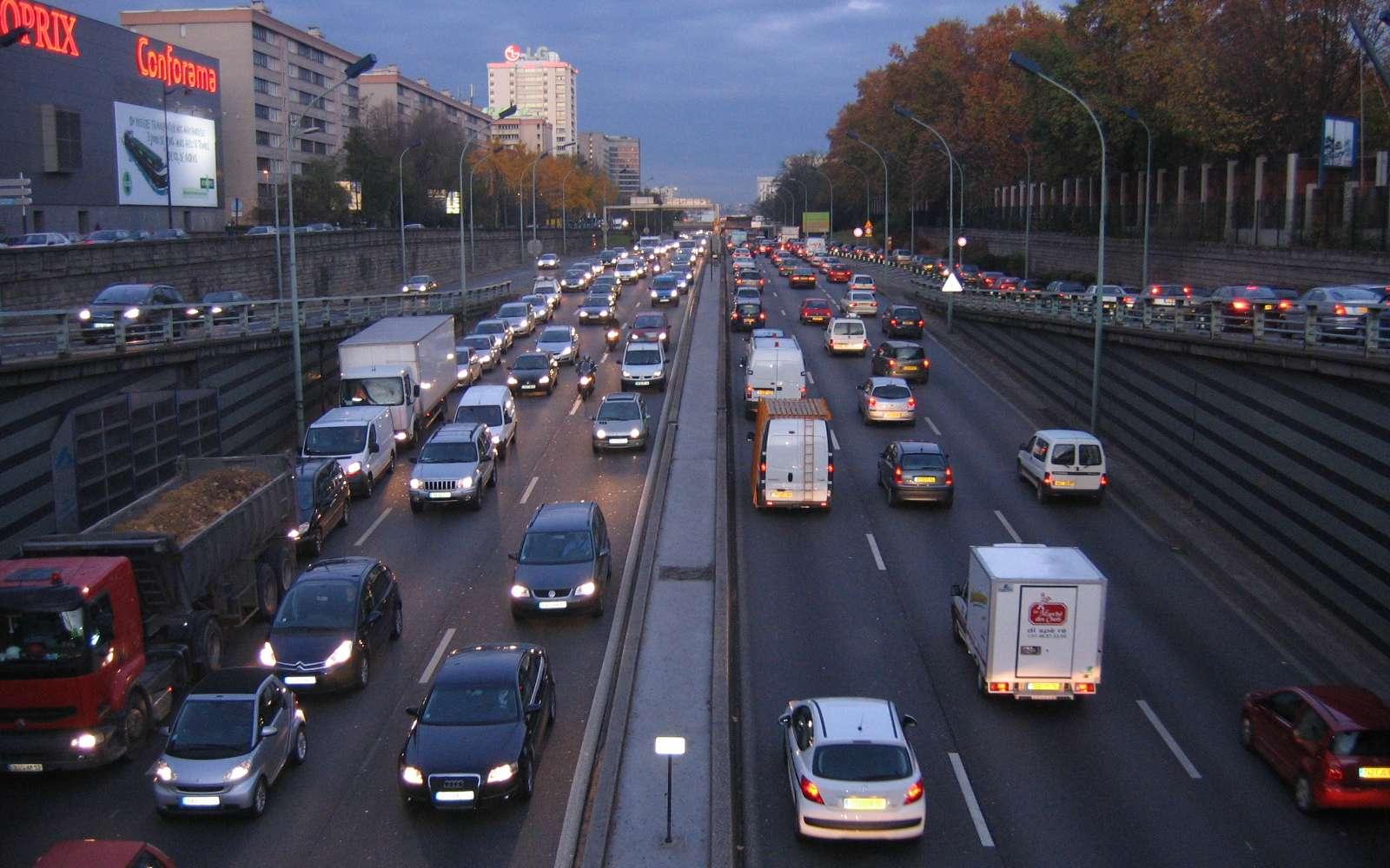 Périphérique parisien surchargé. Il reste encore des efforts à fournir pour améliorer le plan de déplacement urbain de la capitale. © Julien, Wikimedia Commons, cc by nc nd 2.0