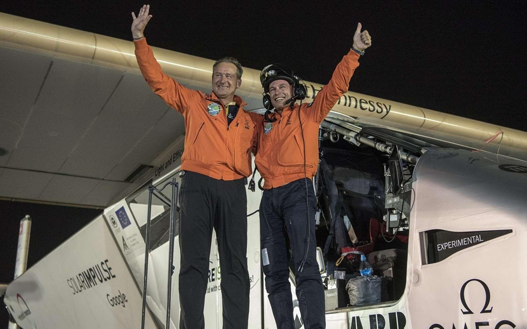 André Borschberg (à gauche) accueille Bertrand Piccard (à droite), qui descend de l'avion solaire lors de son arrivée à Abou Dhabi, marquant la fin du tour du monde de Solar Impulse. © Solar Impulse