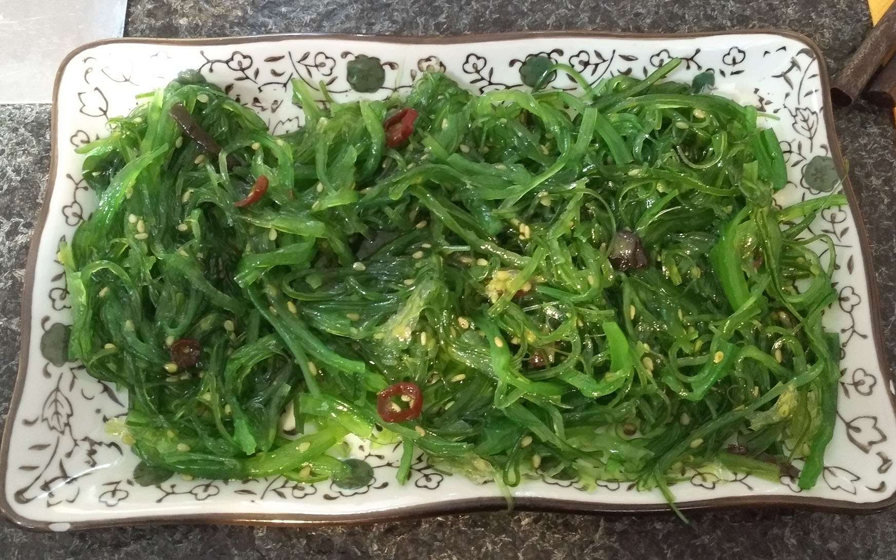 Le wakamé est l'algue la plus consommée au monde. Une algue de culture qui a fait son apparition en France dans les années 1980. On l'appelle parfois la fougère des mers. Elle présente une couleur vert foncé.Le wakamé se consomme cru ou cuit. Ici, en salade. Son avantage : un goût doux et léger.Parmi les atouts nutritionnels du wakamé, sa richesse en calcium. Supérieure à celle du lait. Mais l'algue contient aussi une bonne part de protéines et des vitamines. © Sebleouf, Wikimedia Commons, CC 4.0