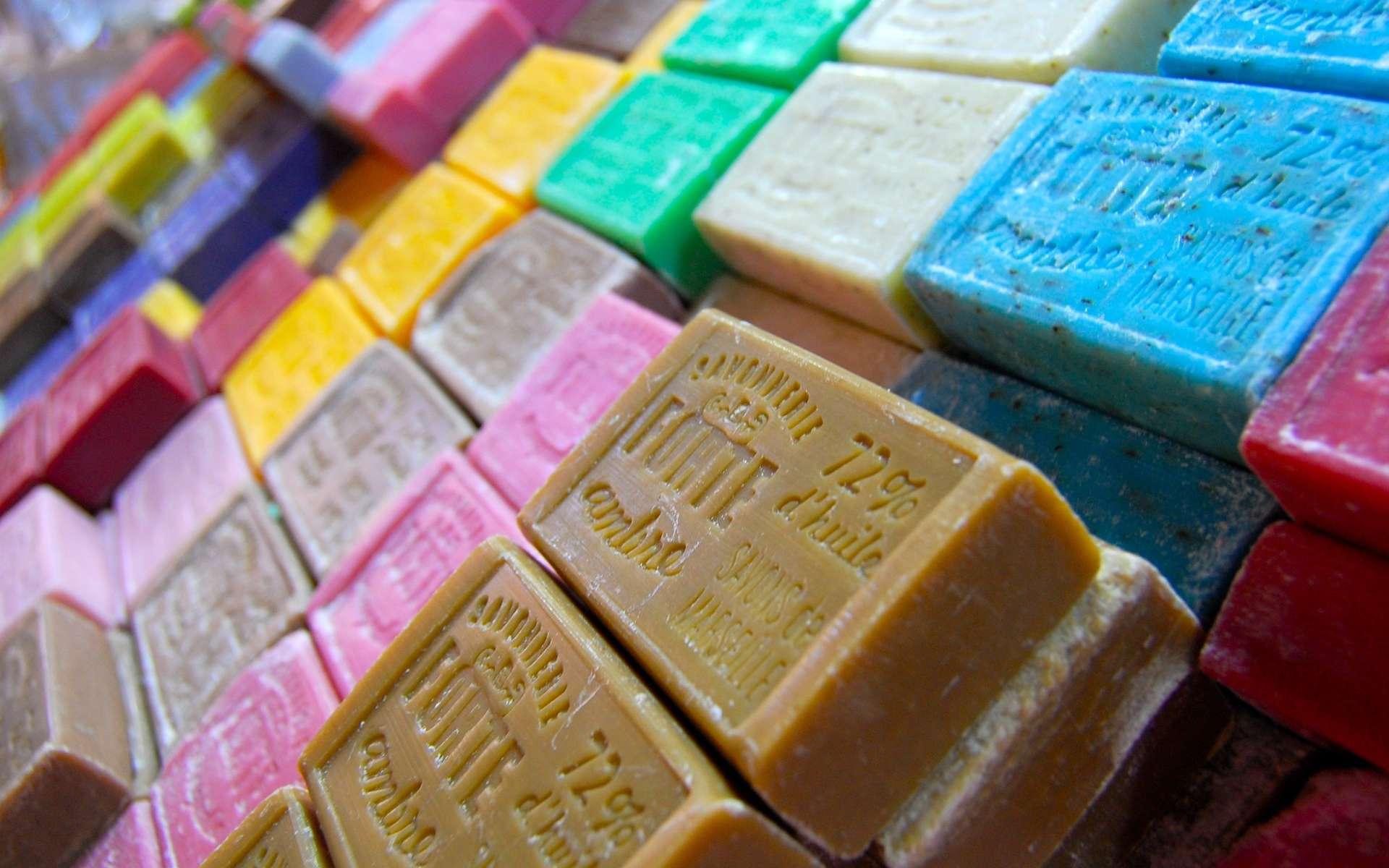 Le savon lave grâce aux propriétés hydro-lipophiles et hydro-lipophobes et lipophobes des molécules qui le constituent. © Amélien Bayle, Flickr, CC by-nc 2.0