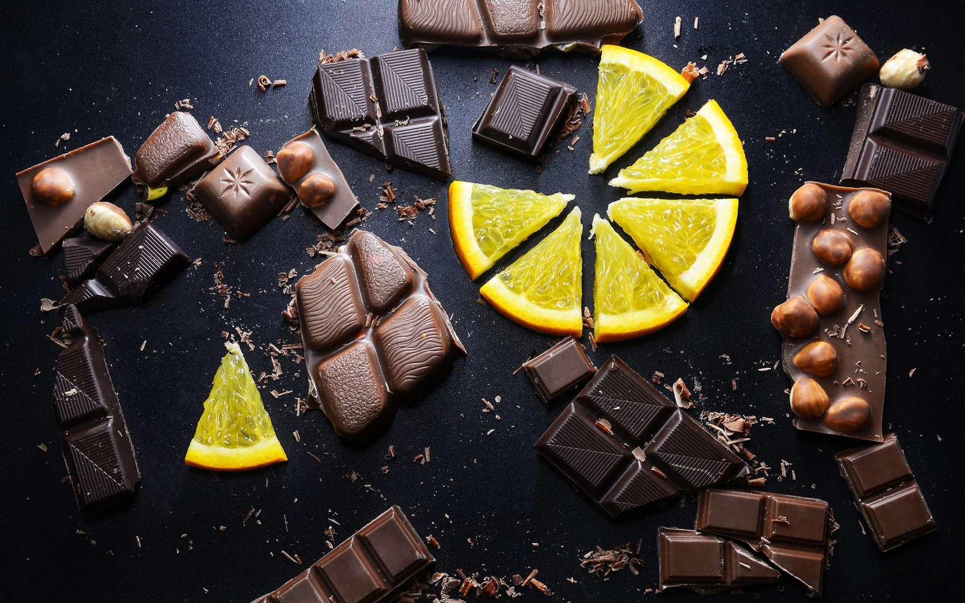 L'apport calorique d'un aliment n'informe pas en soi s'il fait grossir ou pas. Ainsi, une cuillère à café de chocolat représente autant de calories qu'une orange… © denis_333, Fotolia