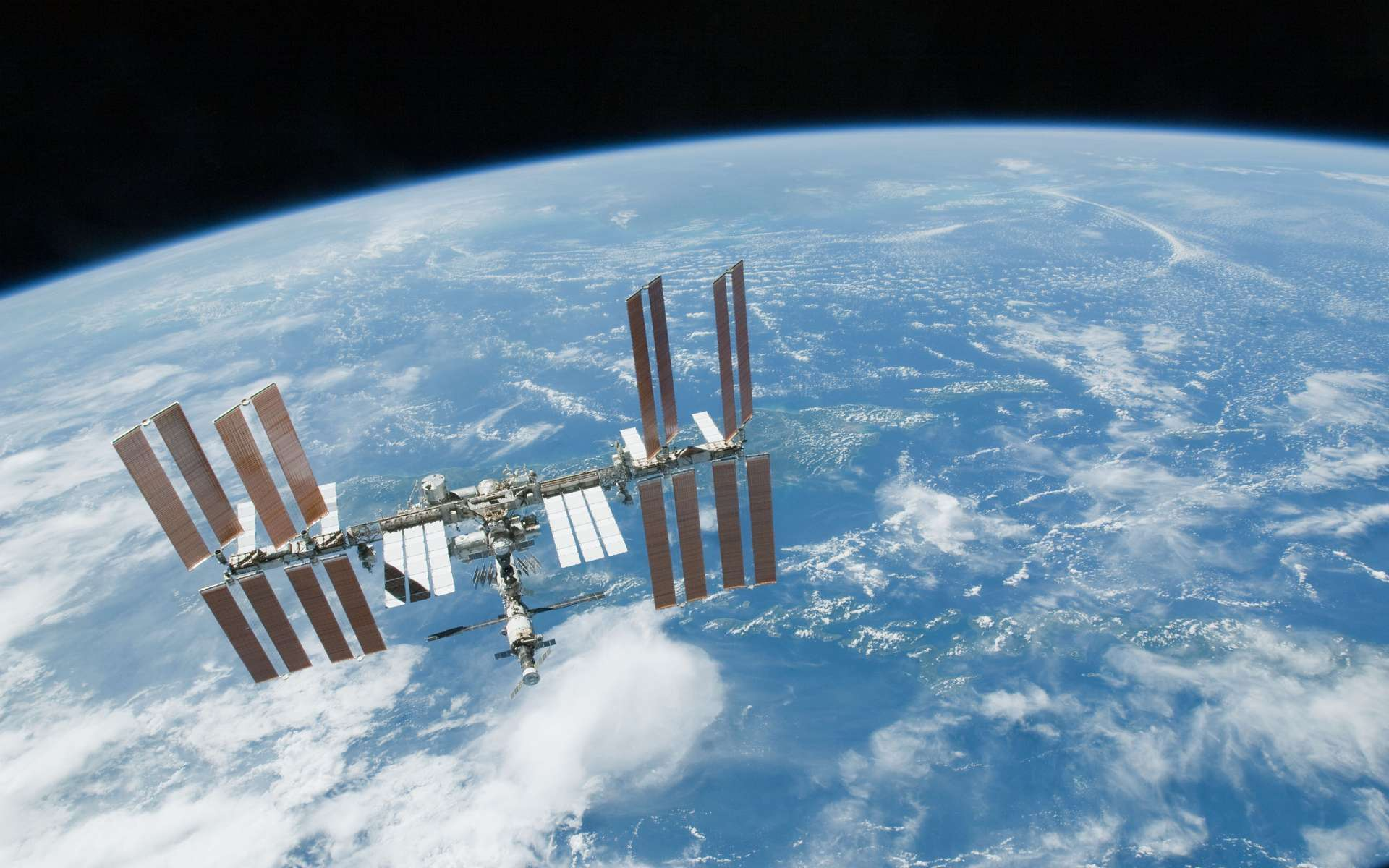 Les bactéries sur l'ISS évoluent pour s'adapter aux conditions extrêmes (rayonnement cosmique, micropesanteur), mais rien n'indique qu'elles deviennent des superbactéries pathogènes et résistantes, susceptibles de menacer la santé des astronautes. © Nasa