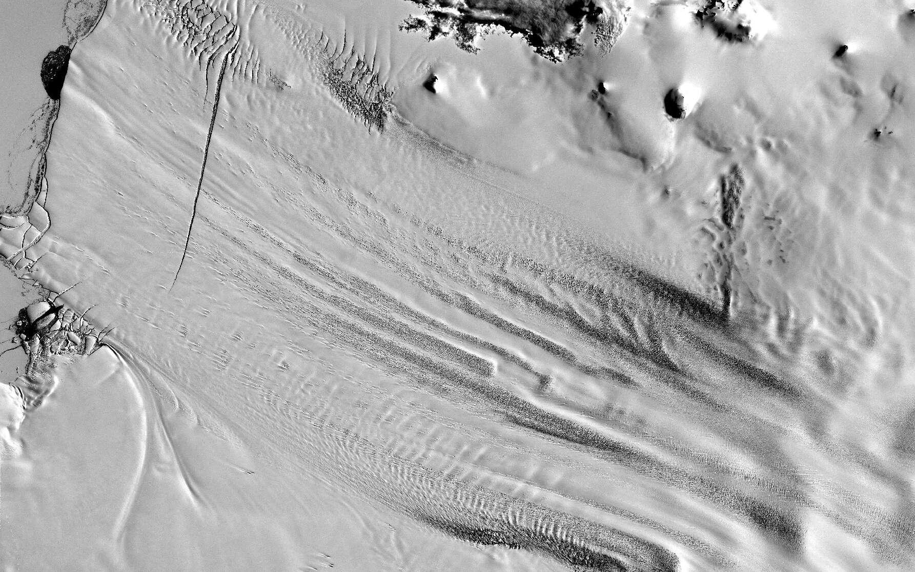 Les icebergs du glacier de l'île du Pin naissent de la plateforme glaciaire à l'image. Cette photo satellite de la Nasa montre le début de formation d'icebergs. © Nasa