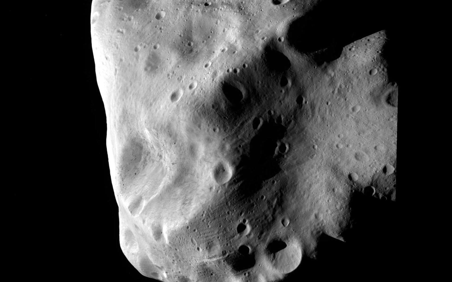 Une des meilleures images de Lutetia acquises par la sonde Rosetta alors située à environ 3.000 kilomètres. Difficile à classer à partir des données recueillies depuis la Terre, cet astéroïde âgé de 4,5 milliards d'années a subi d'innombrables impacts, témoins d'une période agitée au début de la formation du Système solaire. Crédit Esa 2010 / MPS for OSIRIS Team MPS/UPD/LAM/IAA/RSSD/INTA/UPM/DASP/IDA