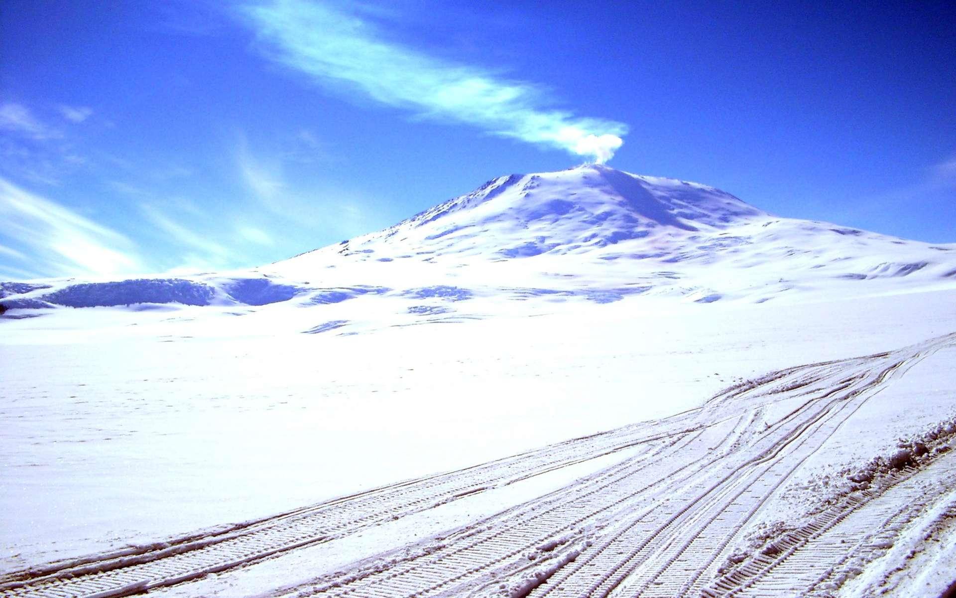 Le mont Erebus est un volcan encore actif de l'Antarctique, situé sur l'île de Ross, dans la mer du même nom. Il y a longtemps, un de ses frères, le mont Takahé, a peut-être accéléré le réchauffement global de la planète. © es0teric, Flickr, CC by-nc-sa 3.0