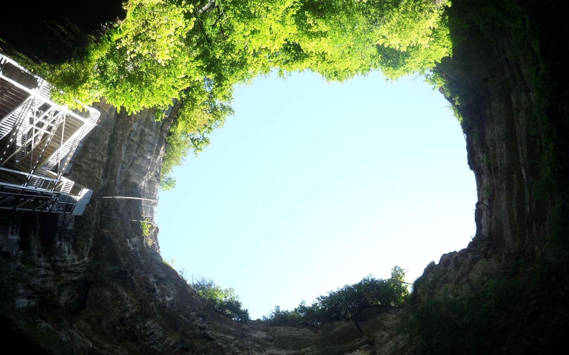 Le gouffre de Padirac vu depuis le fond. © Dimimis, Wikipedia, CC by-SA 3.0