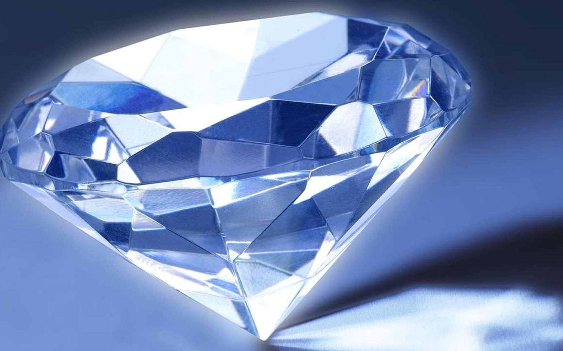 Un diamant de carbone radioactif produirait de l'électricité. Voilà une pile élégante et utile puisqu'elle serait faite avec des déchets nucléaires. © Nafets, Pixabay, DP