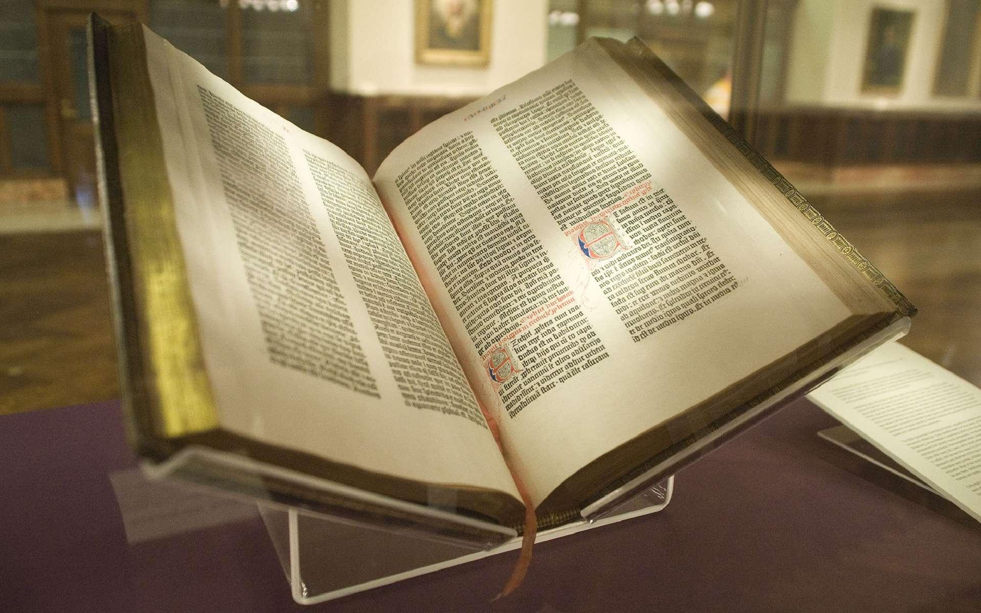 Une rare reproduction intégrale de la bible imprimée par Gutenberg, datée de 1455 environ, appelée « Lenox Copy », conservée à la New York Public Library. On estime qu'il reste 45 reproductions d'époque de cet ouvrage. © Wikimedia Commons, domaine public.
