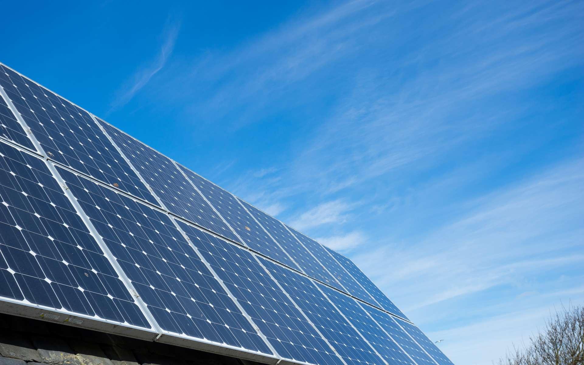 La forte croissance des installations photovoltaïques pose la question du recyclage de ces panneaux solaires usagés. © alice_photos, Adobe Stock