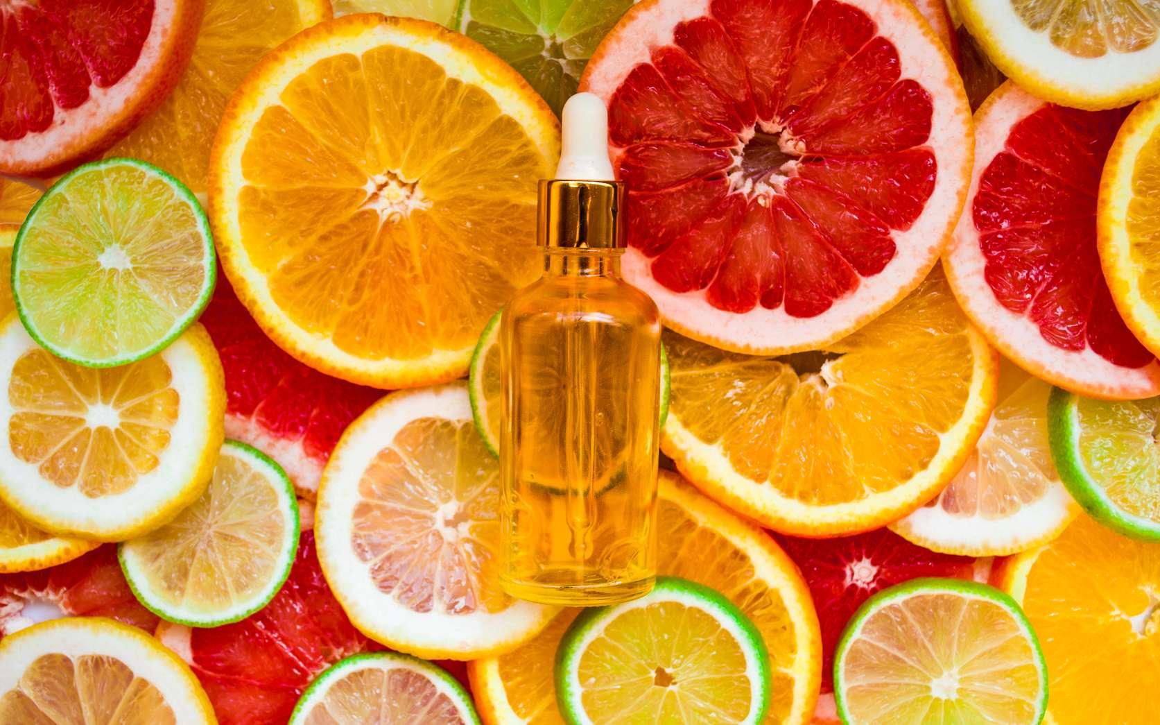 Il existe de nombreuses huiles essentielles extraites de l'orange. L'huile essentielle de néroli provient des fleurs d'oranger amer. L'huile essentielle de petit-grain née de la distillation des feuilles et des jeunes rameaux et l'huile essentielle d'orange provient de la peau. © Светлана Фарафонова, Fotolia