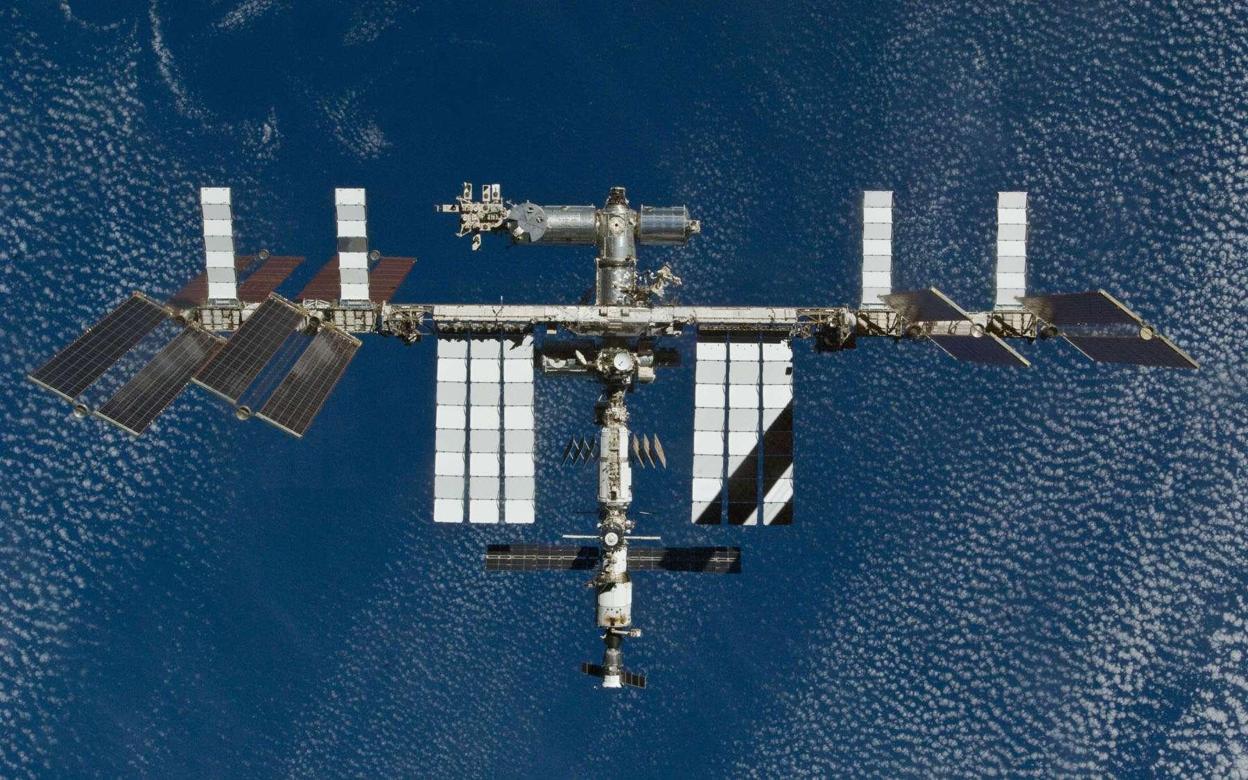 Le segment russe de l'ISS reste actuellement indispensable. En effet, le module Zvezda et les cargos Progress, nécessaires au pilotage de la Station, ne s'amarrent qu'à la partie russe. La Nasa doit donc réfléchir à d'autres solutions d'amarrage. © Nasa