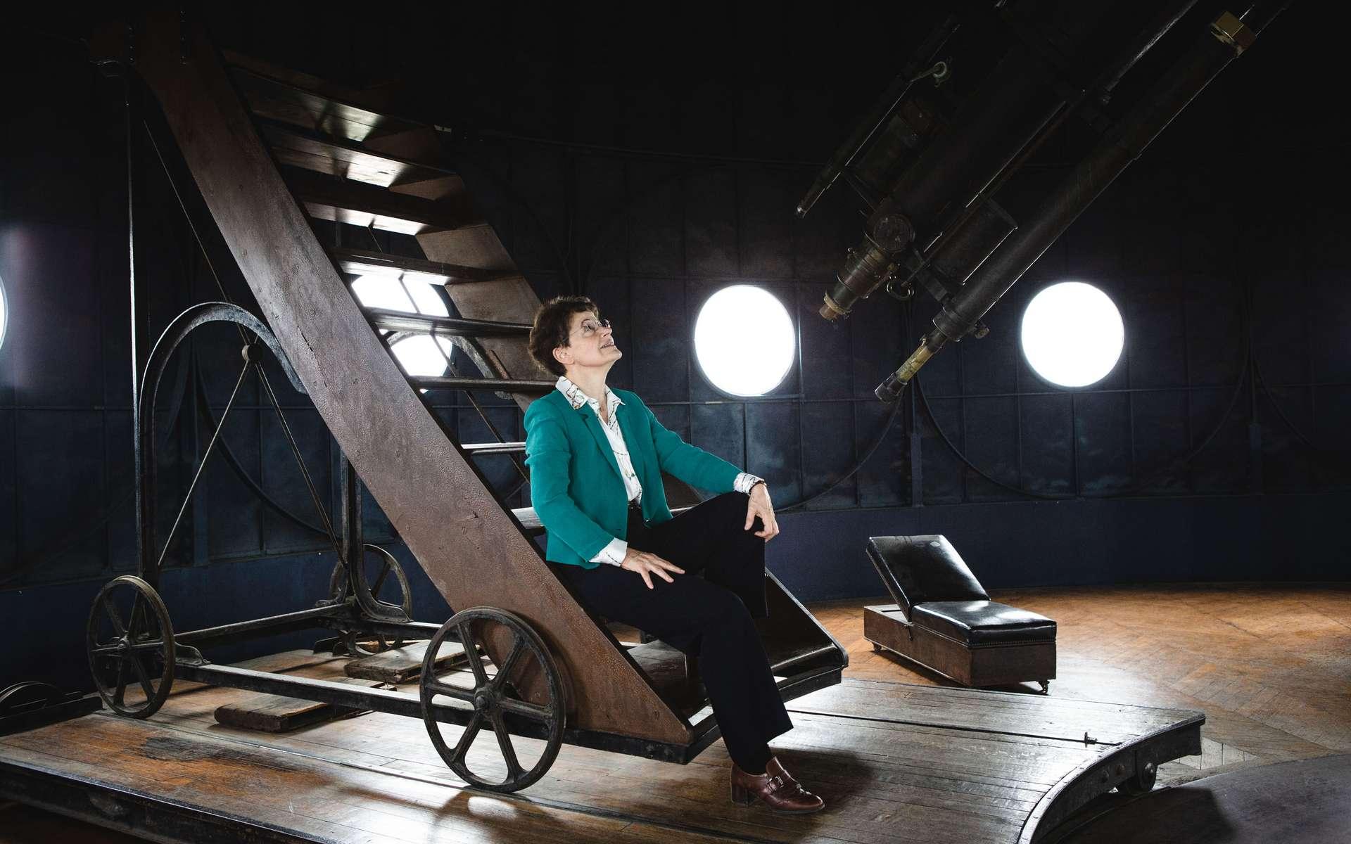 Françoise Combes, astrophysicienne lauréate de la médaille d'or 2020 du CNRS, ici à l'observatoire de Paris, PSL (Lerma, CNRS, École Normale Supérieure, Université de Cergy-Pontoise). Spécialiste de la dynamique des galaxies, elle a mis en évidence de nombreux phénomènes permettant d'expliquer leur formation et leur évolution. Aujourd'hui professeure au Collège de France, elle poursuit ses recherches au Laboratoire d'études du rayonnement et de la matière en astrophysique et atmosphère (Lerma). © Frédérique Plas, Lerma, CNRS photothèque