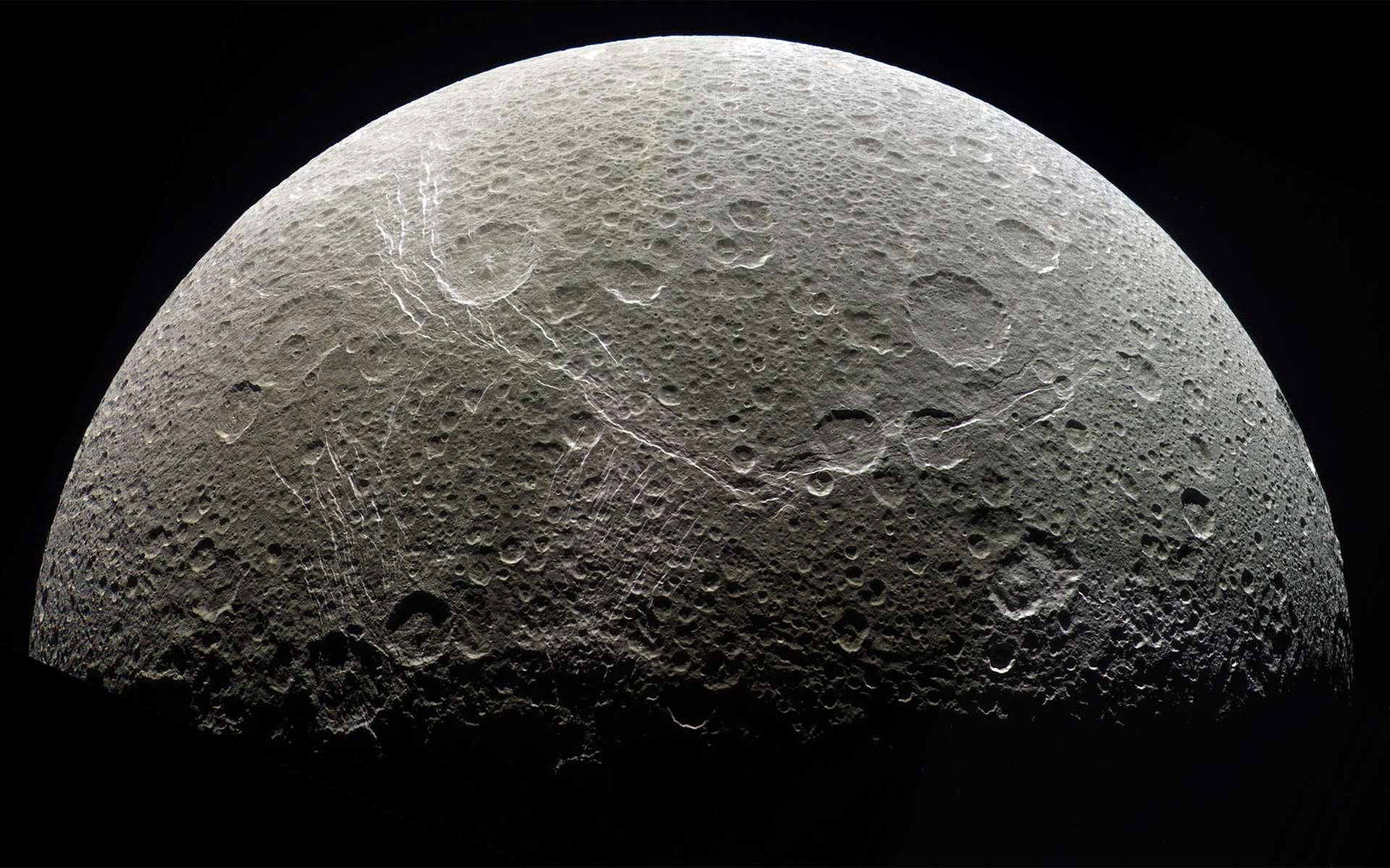 Le satellite de Saturne, Dioné et ses structures géologiques dont certaines étonnent les astronomes. © Nasa, JPL, SSI, Kevin M. Hill