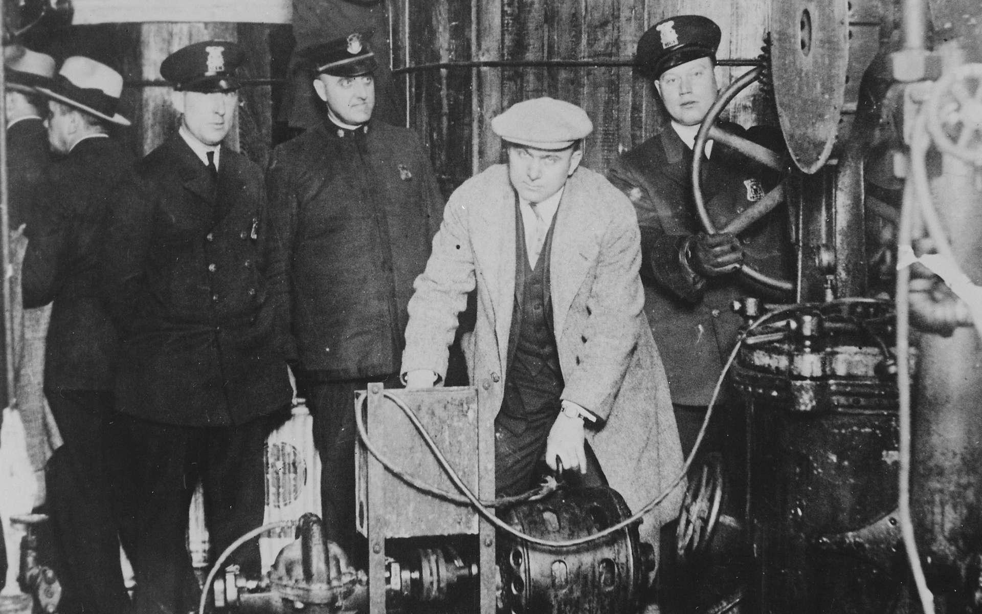 Descente de police pendant la prohibition aux États-Unis. Le marché de contrebande s'est grandement développé à cette période. © Wikimedia Commons, DP