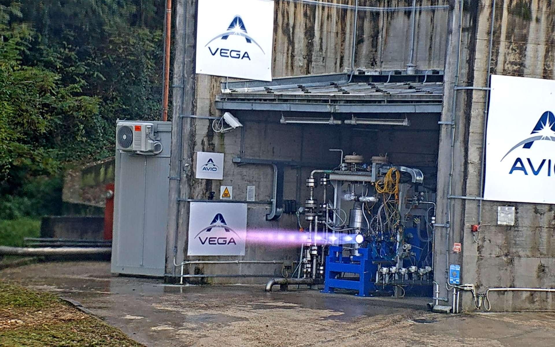 Premier essai sur banc de test du prototype de moteur M10 qui fonctionne avec un mélange d'oxygène et de méthane liquides. Ce moteur sera utilisé pour le futur Vega-E, une évolution du Vega-C qui doit entrer en service l'année prochaine. © Avio