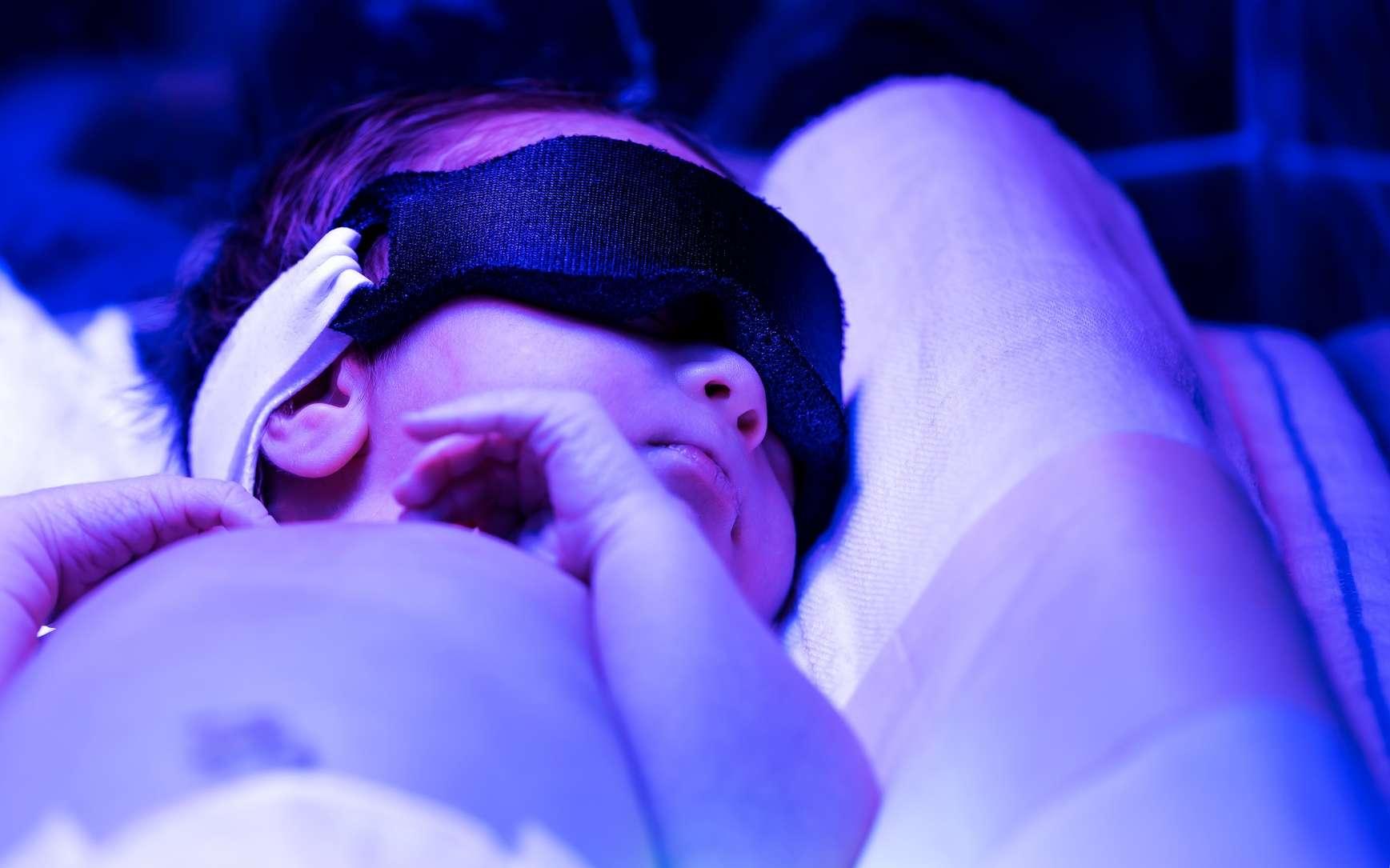 L'ictère du nouveau-né est dû à un taux trop important de bilirubine dans le sang. Il est traité par une exposition à de la lumière bleue. © Tierney, Fotolia