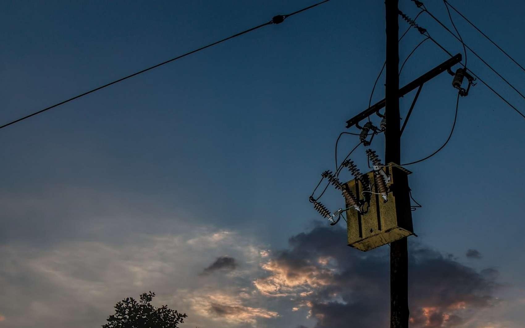 Un transformateur électrique est une machine électrique permettant de modifier les valeurs de tension et d'intensité du courant délivrées par une source d'énergie électrique alternative © stevepb, Pixabay