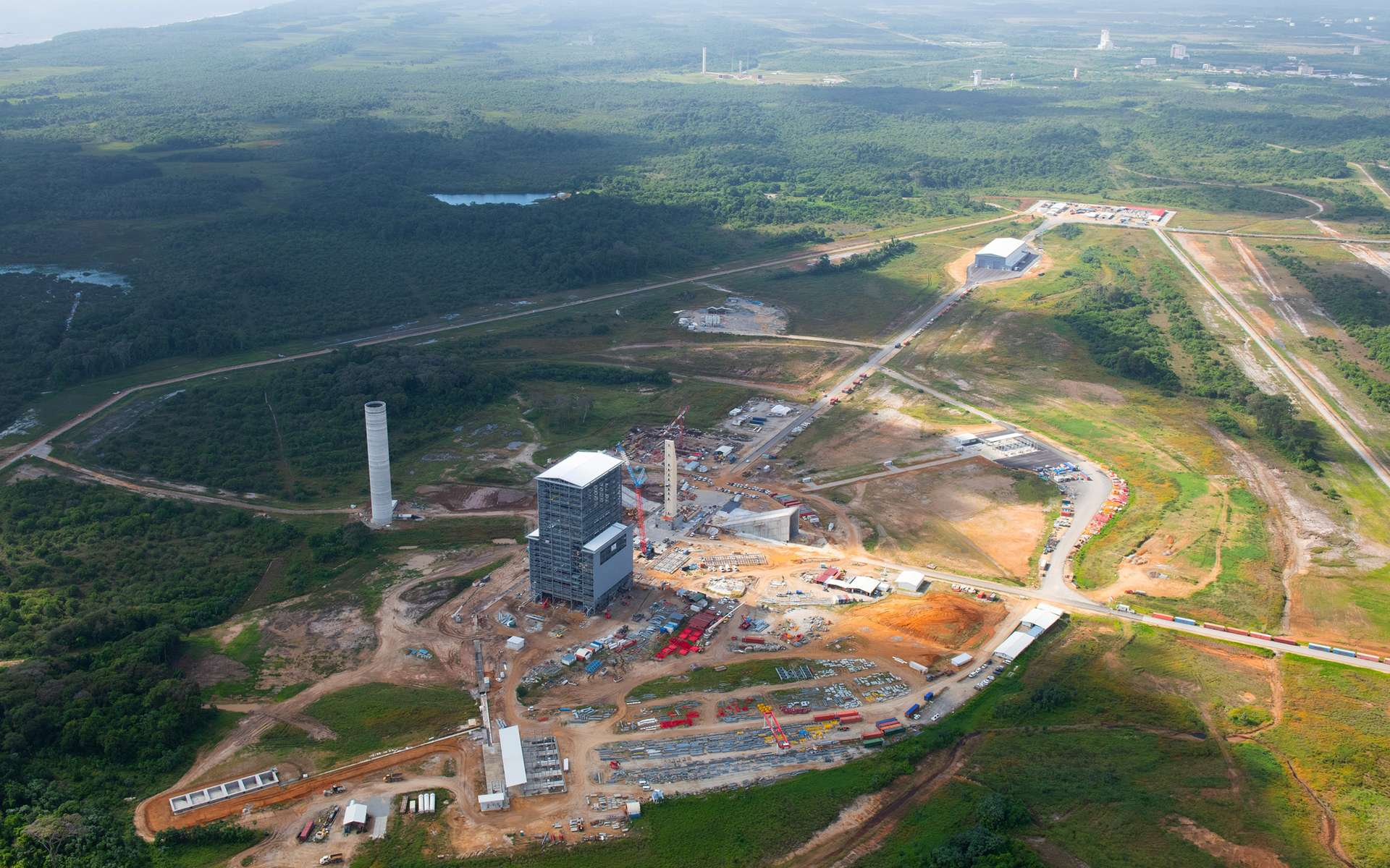 État d'avancement de la construction du site de lancement Ariane 6 avec en arrière-plan le site de lancement Ariane 5 (ELA-3). Cette image a été acquise en juin 2019. © Esa, S. Corvaja