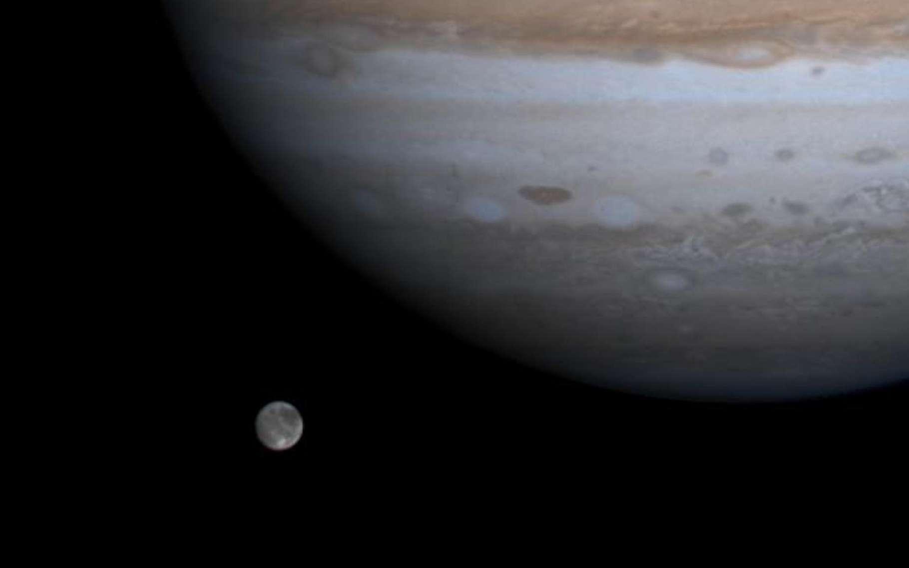 Ganymède, la plus grande lune du Système solaire à côté de Jupiter, en décembre 2000. © Cassini, Nasa