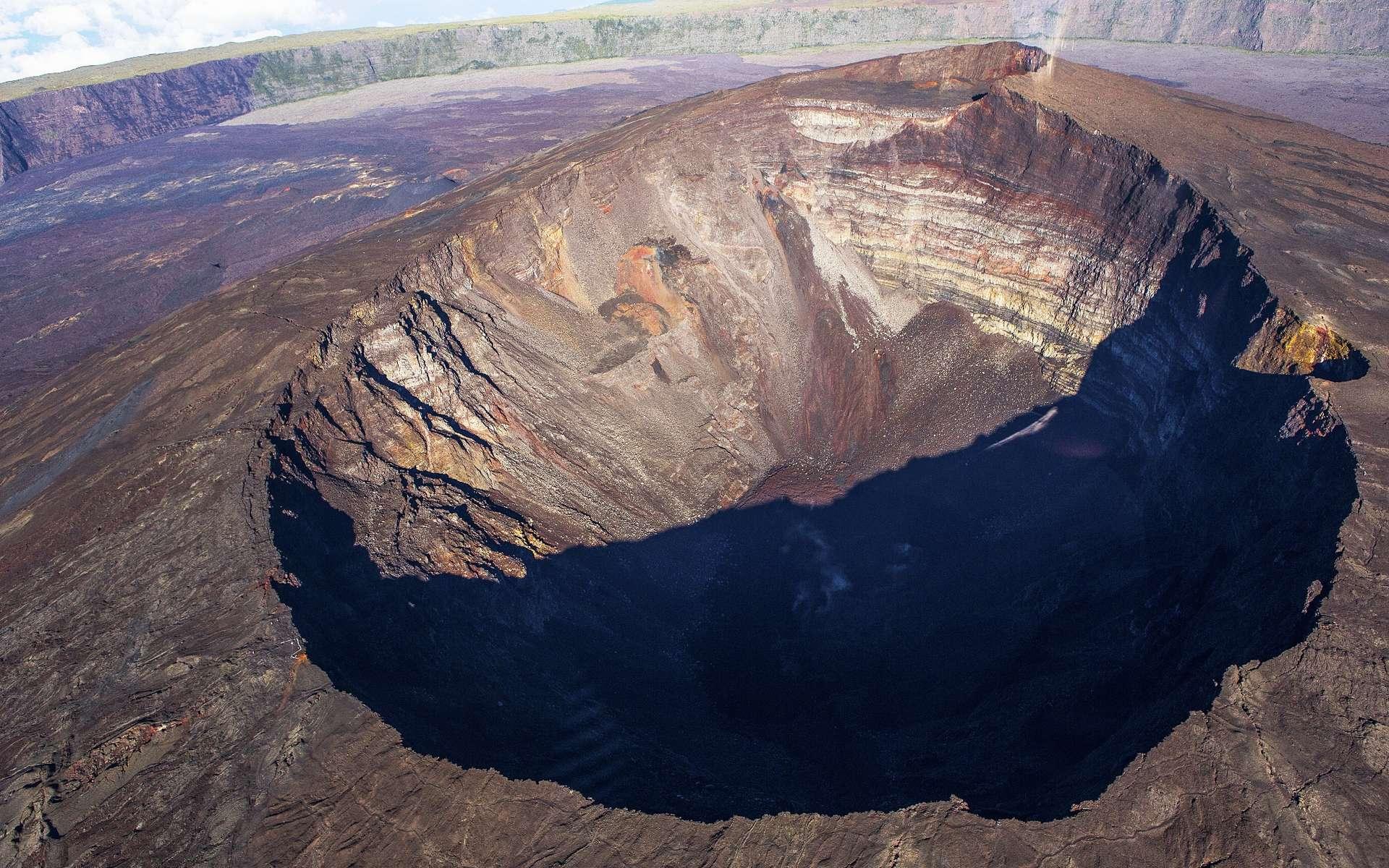 Le cratère Dolomieu, que l'on voit sur cette photo, est, avec le cratère Bory, l'un des deux cratères volcaniques situés au sommet du Piton de la Fournaise, à La Réunion. Comme les volcans d'Hawaï, le Piton de la Fournaise est un volcan de point chaud. Son activité est cependant moins intense que celle du Kīlauea mais on peut la comparer à celle de l'Etna, en Sicile. © photogolfer, Shutterstock
