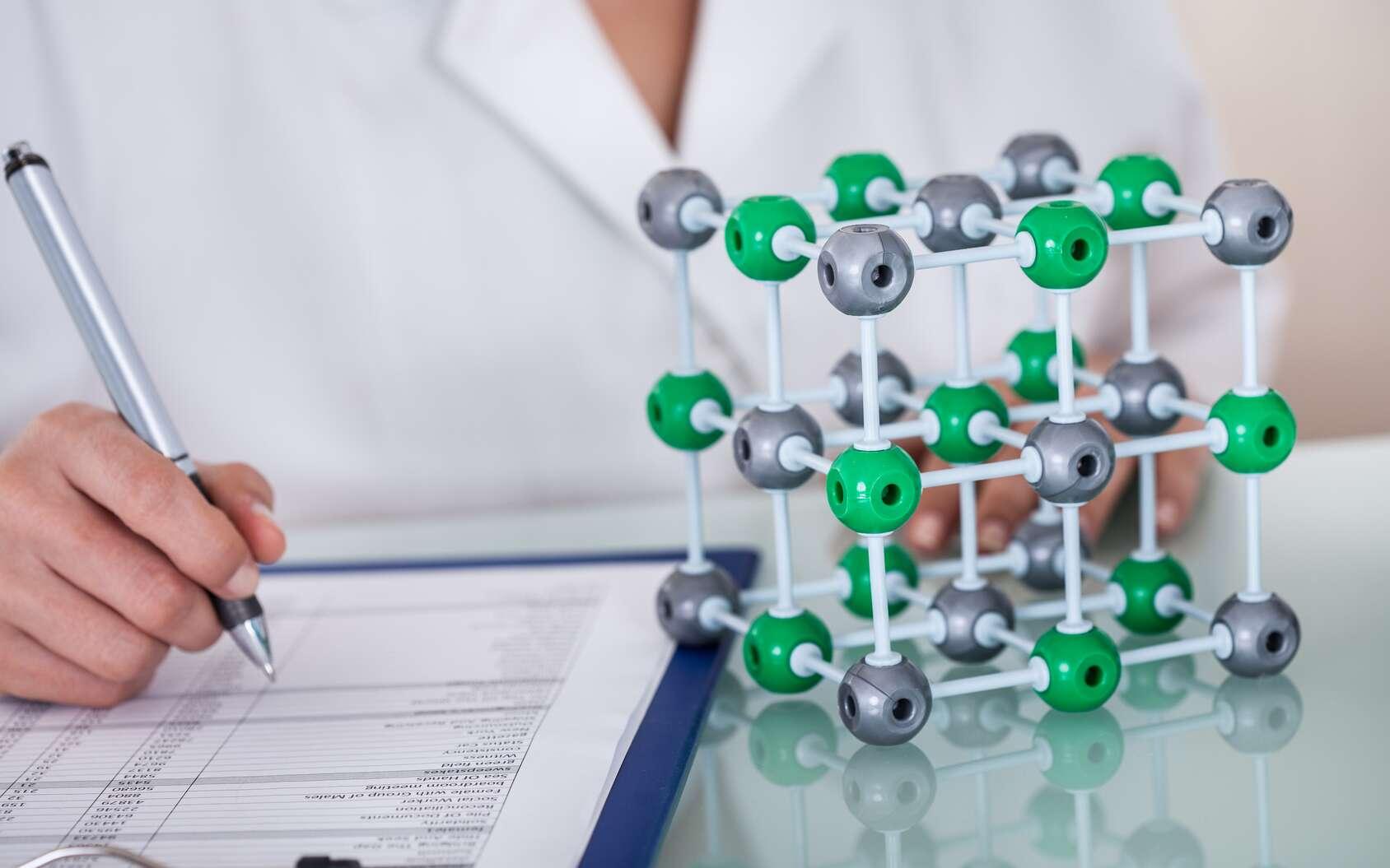Dans le sel de table (chlorure de sodium, NaCl), les anions chlorure (Cl-) sont liés aux cations sodium (Na+). Le chlorure de sodium cristallise dans un système cubique : les ions chlorure sont aux sommets des mailles (en vert) et les ions sodium (en gris) sont entre chaque paire d'ions chlorure. © Andrey Popov, Fotolia