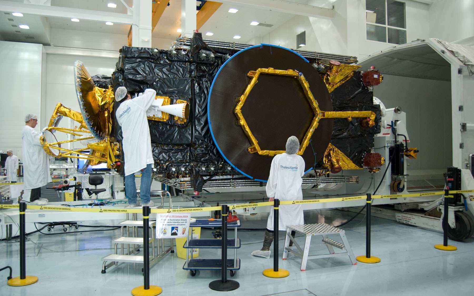 Construit par Thales Alenia Space, le satellite Yamal 402 en phase finale d'intégration, quelques semaines avant son lancement en décembre 2012. © Rémy Decourt