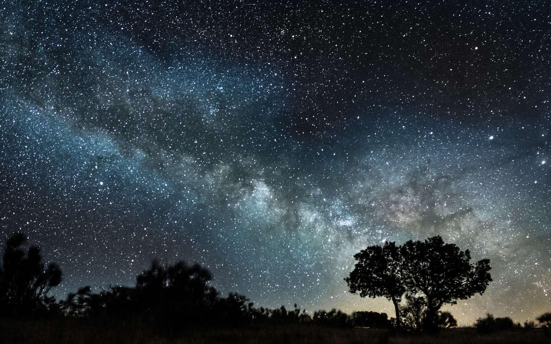 Pour voir le maximum d'étoiles à l'œil nu, mieux vaut éviter la pollution lumineuse. © Luis, fotolia