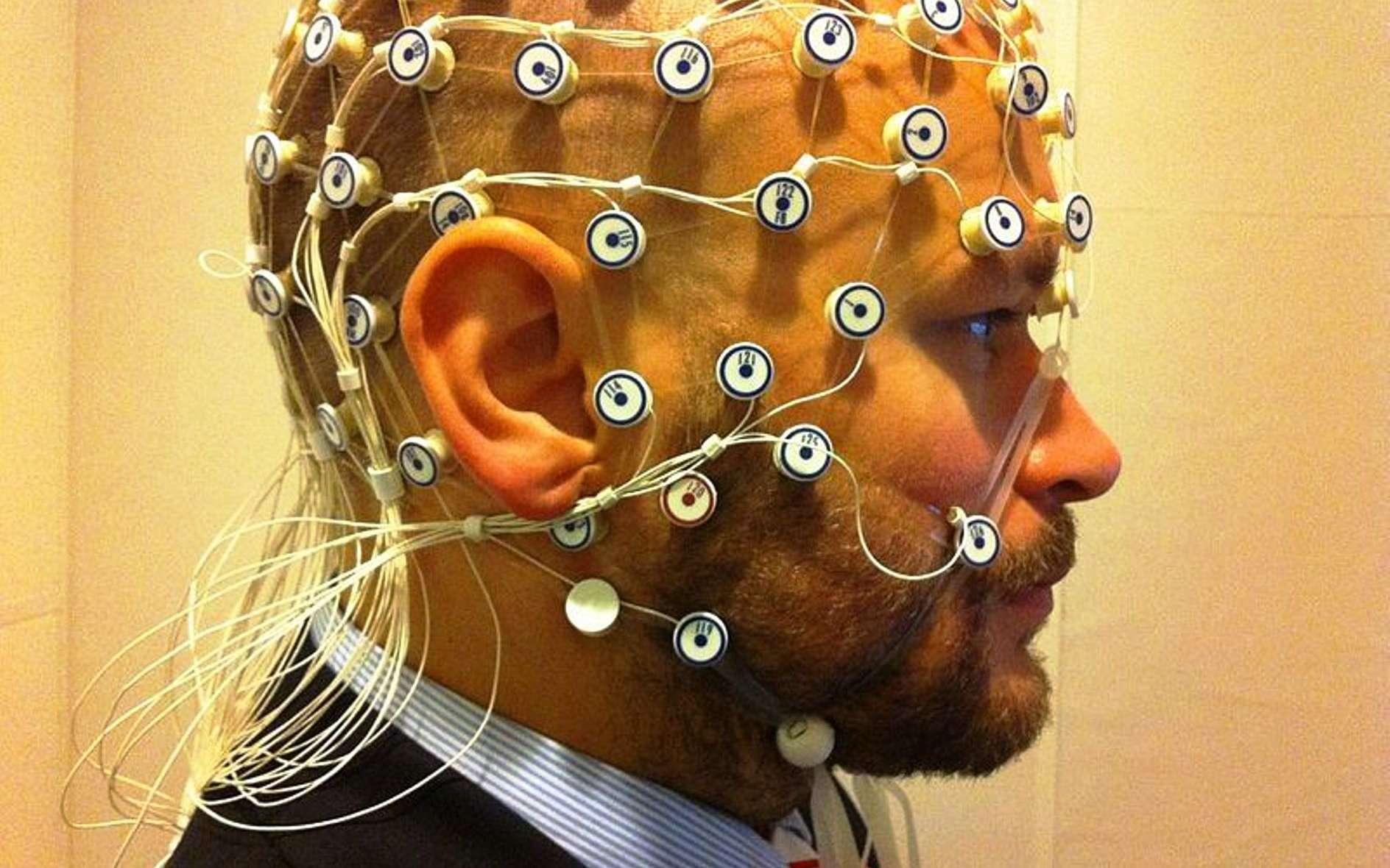 Un casque pour effectuer des mesures pour l'électroencéphalographie dispose de plusieurs des capteurs qui sont montrés sur cette image. Grâce à cette technologie, il est désormais possible de réaliser des « empreintes cérébrales » fiables. © Petter Kallioinen, Wikipédia, CC by sa 3.0