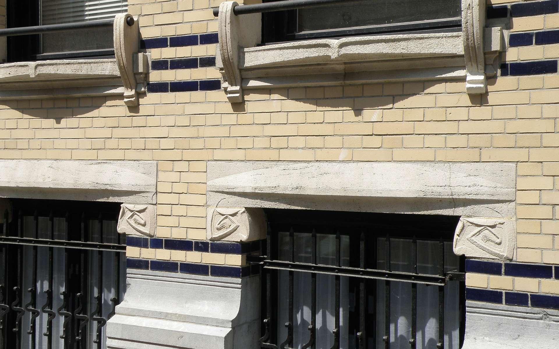 L'appui de baie est la partie maçonnée sur laquelle la fenêtre est posée. On voit ici un appui de fenêtre d'une maison de style Art nouveau située en Belgique. © Torsades de Pointe, Domaine public, Wikimedia Commons