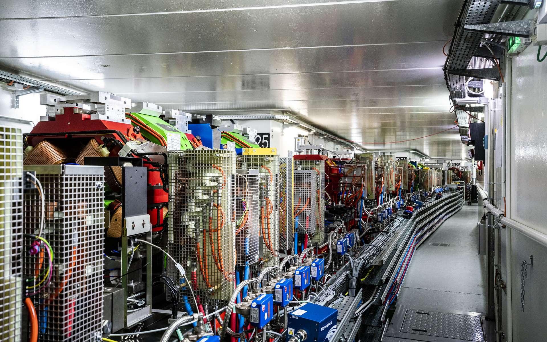 Le synchroton à haute énergie de quatrième génération est en fonctionnement. Une interruption de 20 mois a été nécessaire pour débrancher 200 km de câbles et retirer 1.720 tonnes de matériel. La nouvelle machine a été installée en neuf mois dans le tunnel de 844 m de circonférence ; il a fallu réaliser sur plusieurs kilomètres l'alignement précis de 10.000 composants technologiques. © ESRF, S.Candé