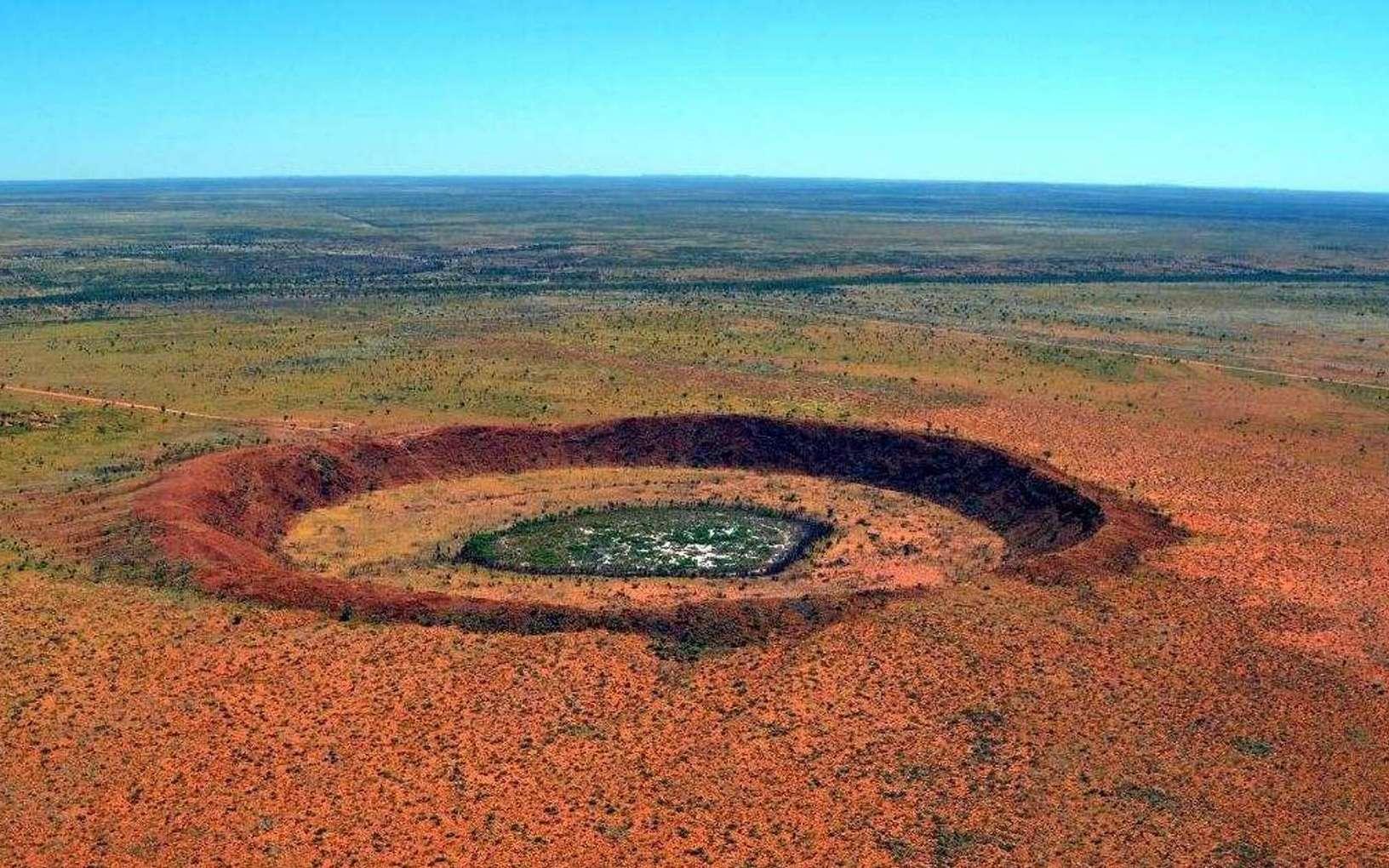 Le cratère de Wolfe Creek est un cratère météoritique situé dans l'État d'Australie-Occidentale. Il mesure 875 mètres de diamètre et 60 mètres de profondeur. L'impact serait survenu il y a moins de 300.000 ans au Pléistocène et c'est pourquoi il est facilement identifiable. Ce n'est pas le cas du double cratère d'impact supputé dans le bassin Warburton, en Australie-Méridionale, qui est quant à lui bien plus ancien. © Australia's North West