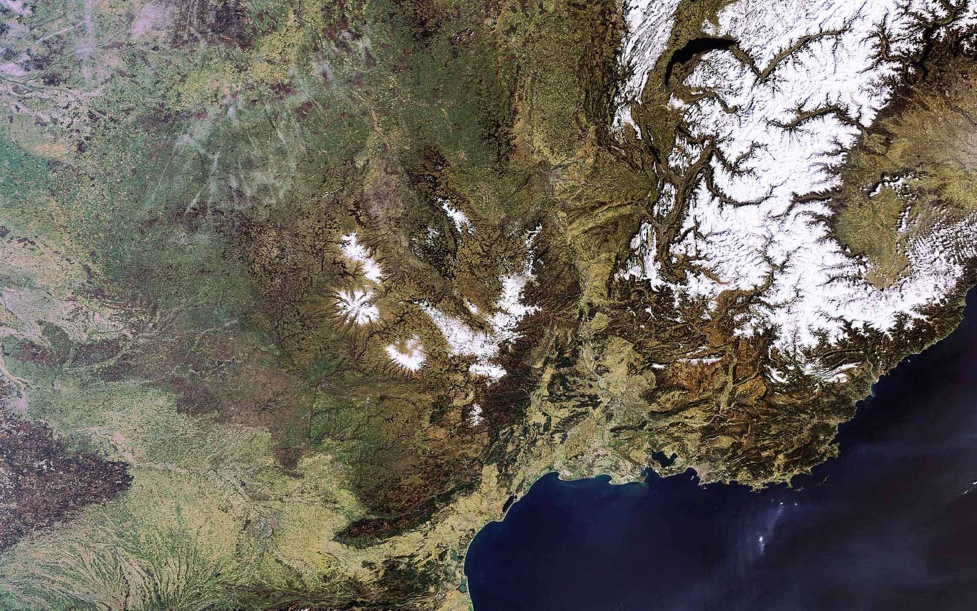 Le Midi de la France, vu par Envisat. L'Espagne est en bas à gauche, la Suisse en haut à droite et l'Italie en bas à droite. Crédit Esa
